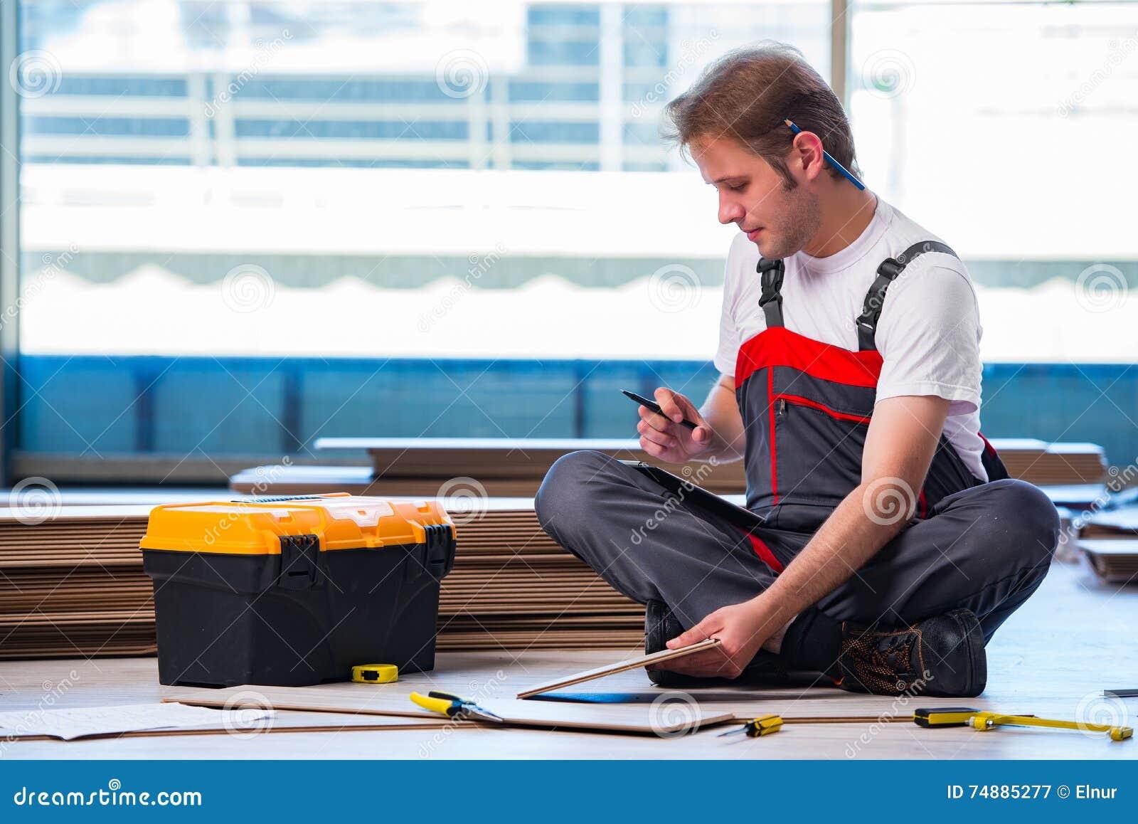 O homem que coloca o revestimento estratificado no conceito da construção