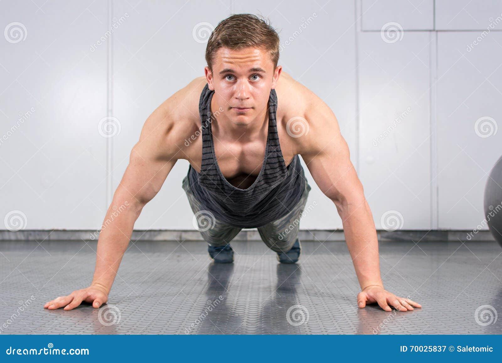 O homem que executar empurra levanta no gym