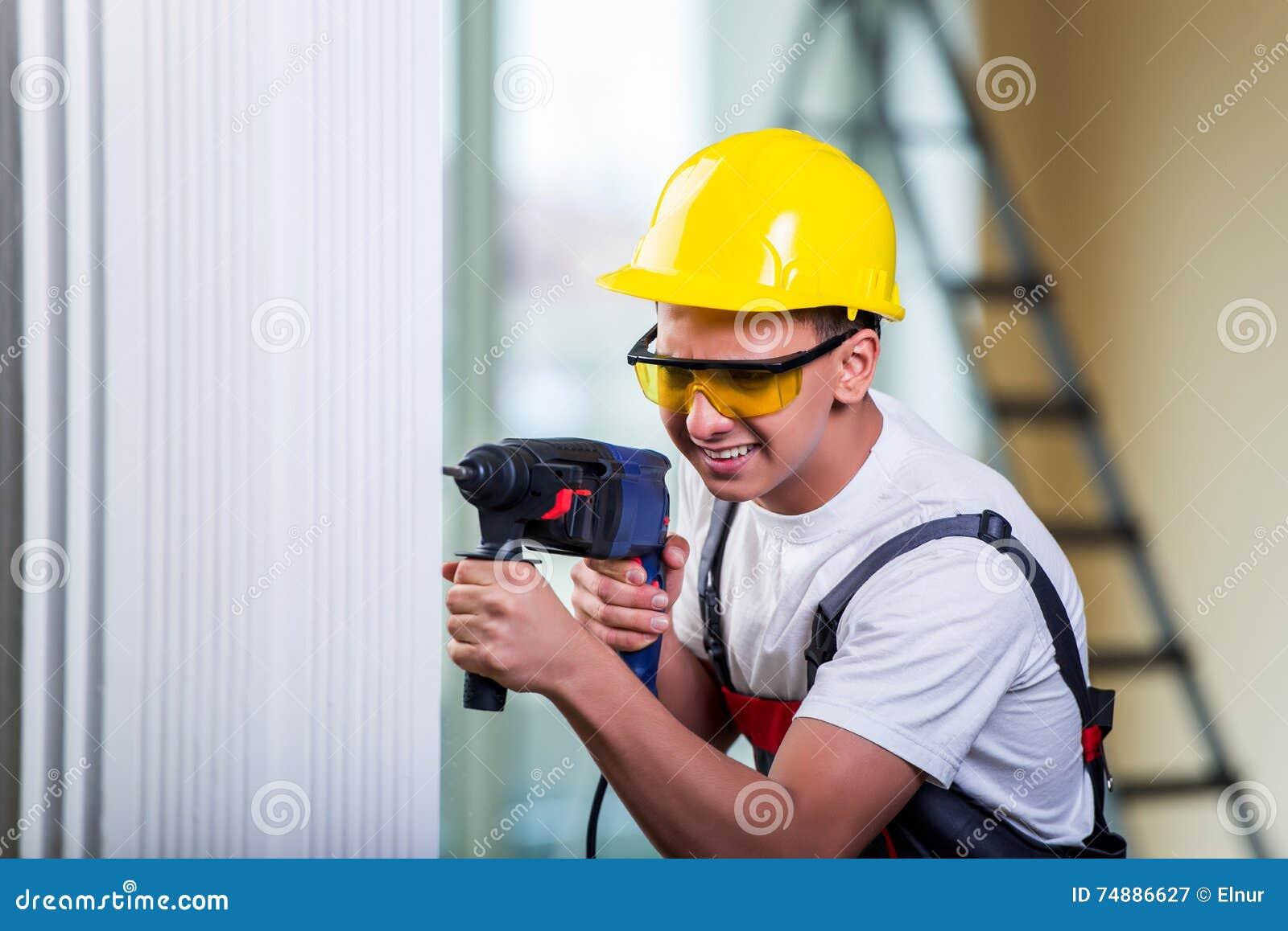 O homem que fura a parede com perfurador da broca