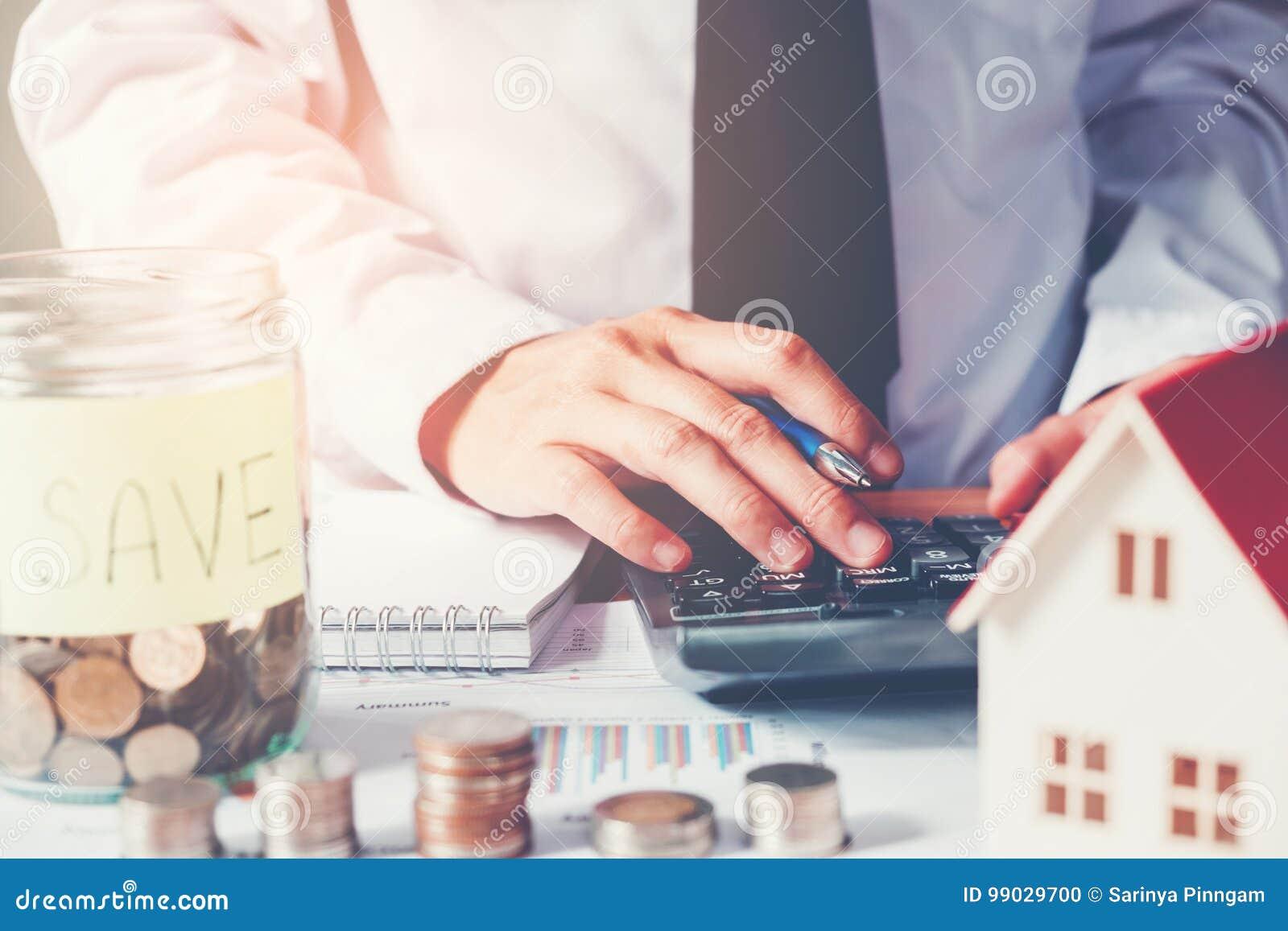 O homem que usa a calculadora salvar o dinheiro para o custo home