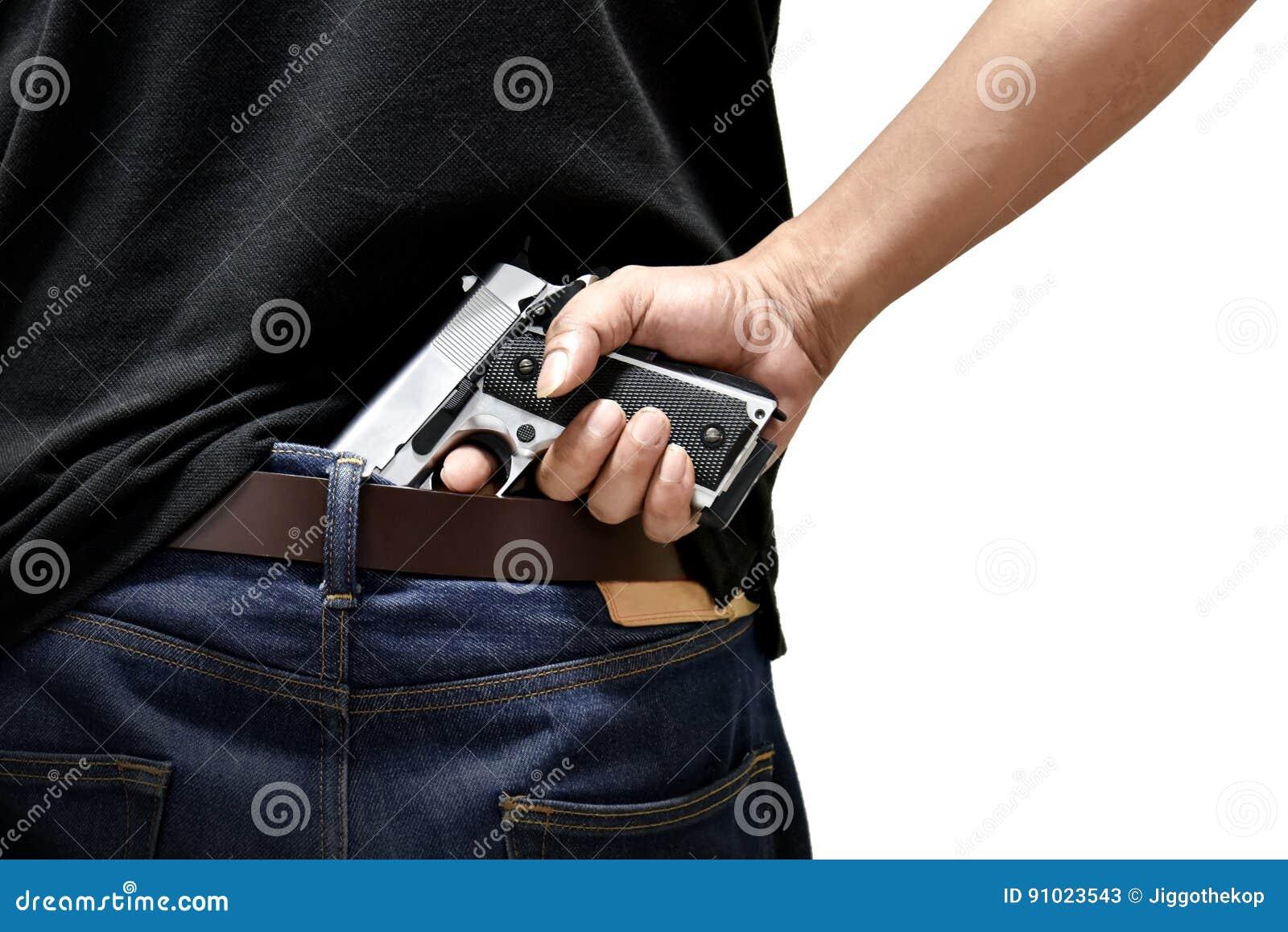 O homem retira uma arma
