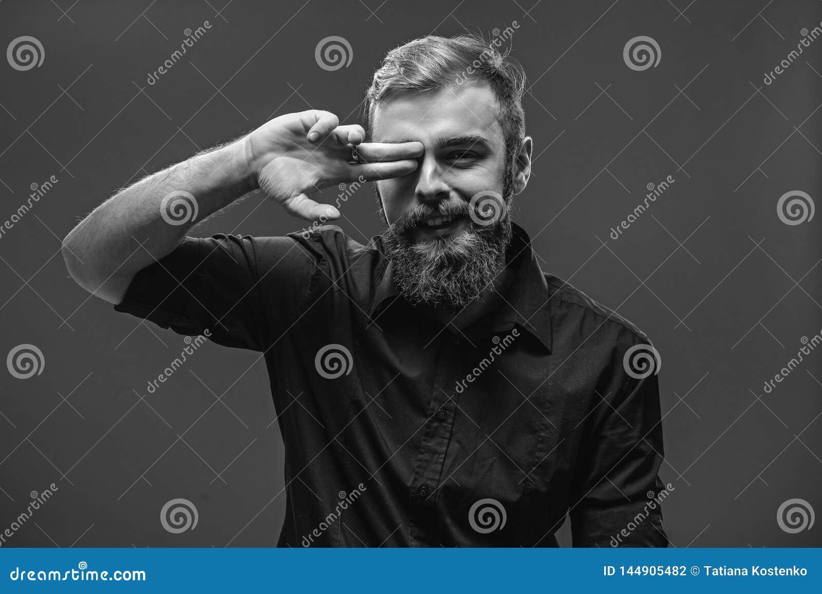 O homem ruivo novo à moda com uma barba e um bigode vestiu i