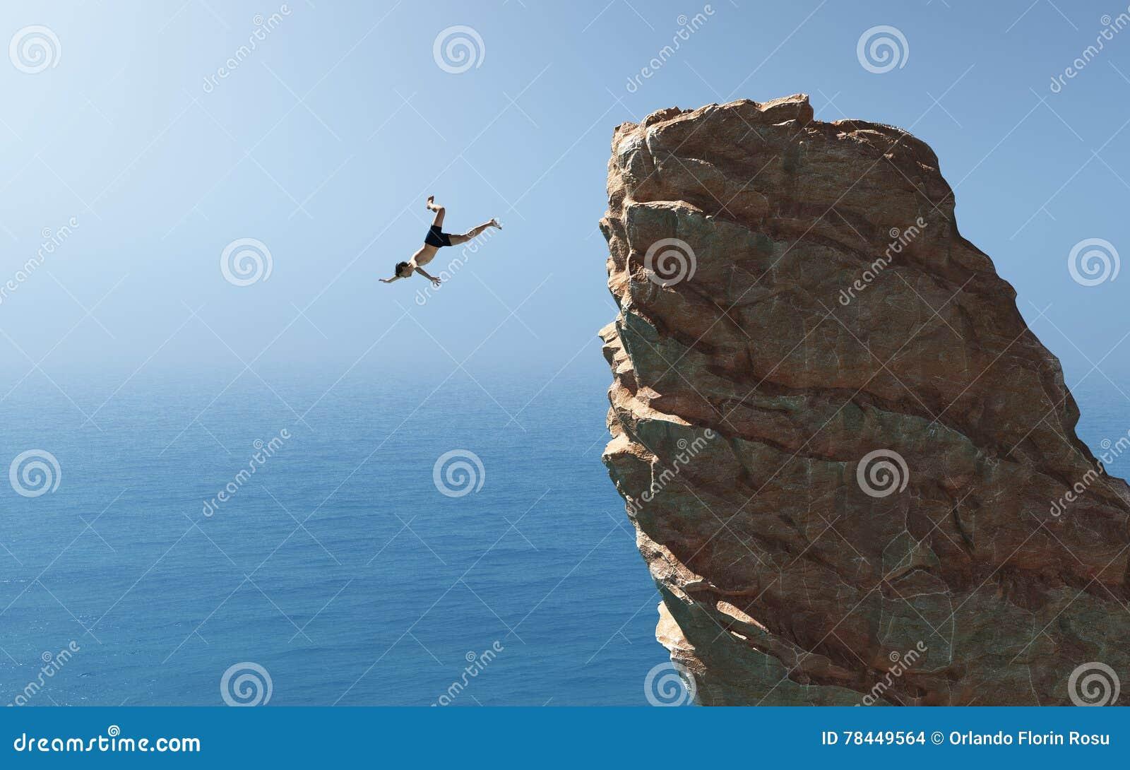 O homem salta no oceano