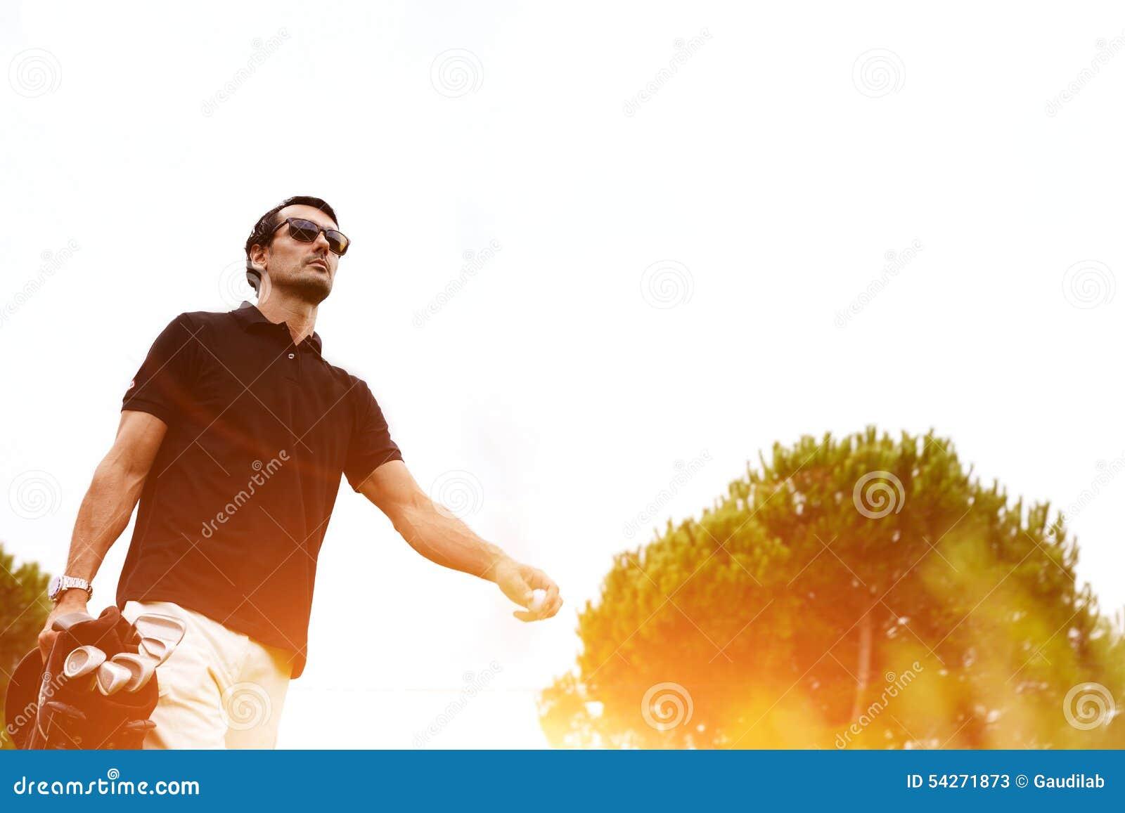o-homem-seguro-rico-bonito-passa-seus-fins-de-semana-no-campo-de-golfe-esporte-para-homens-ricos-54271873.jpg