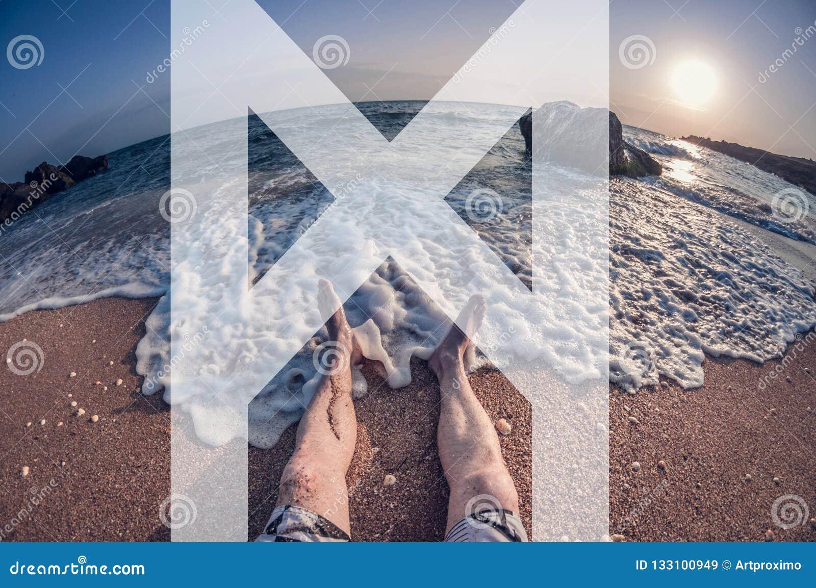 O homem simboliza a runa do mannaz, o homem senta-se na praia, vista de primeira pessoa, distorção do olho de peixes