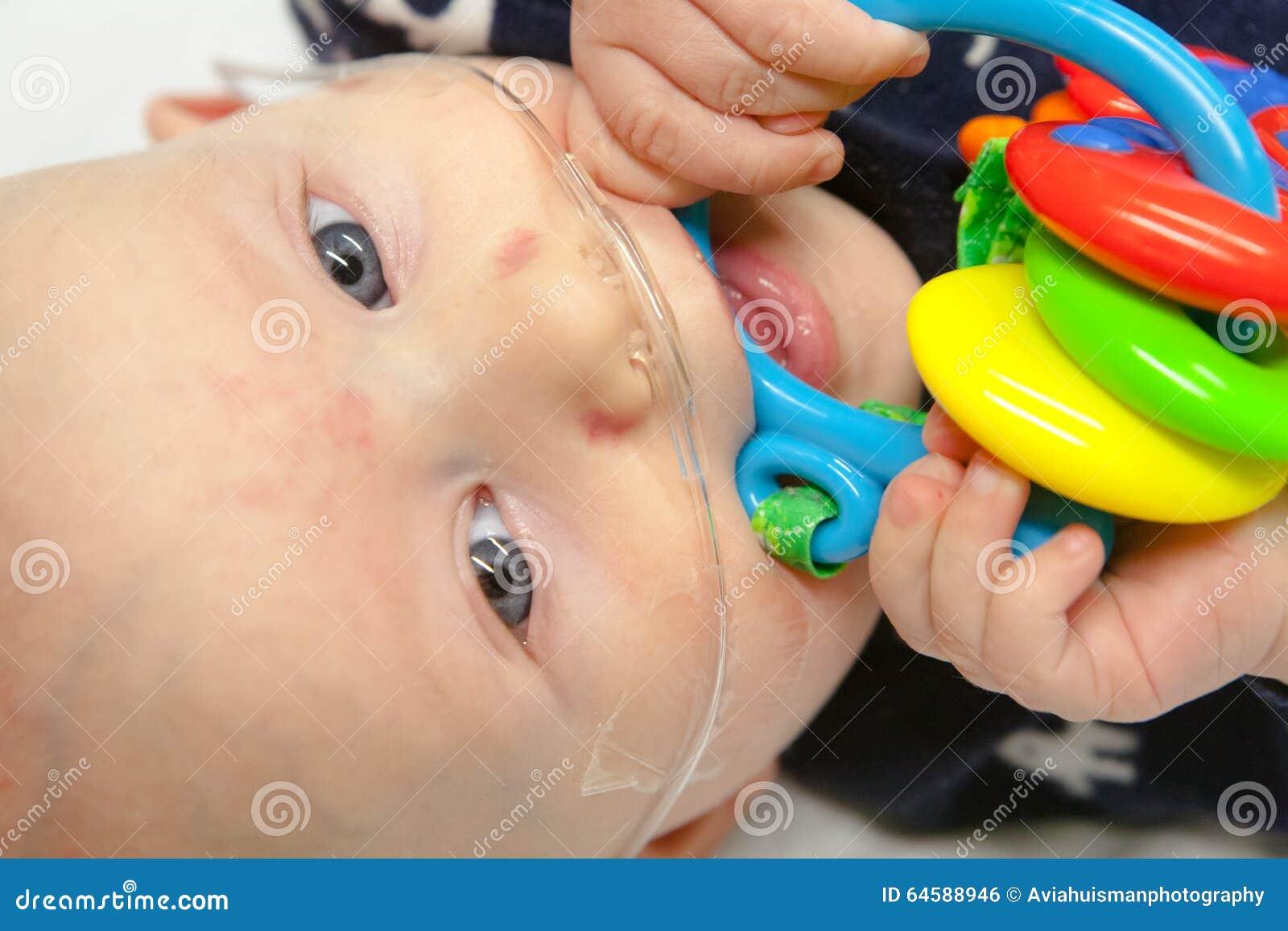 O hospital de crianças: Bebê com tubo de respiração