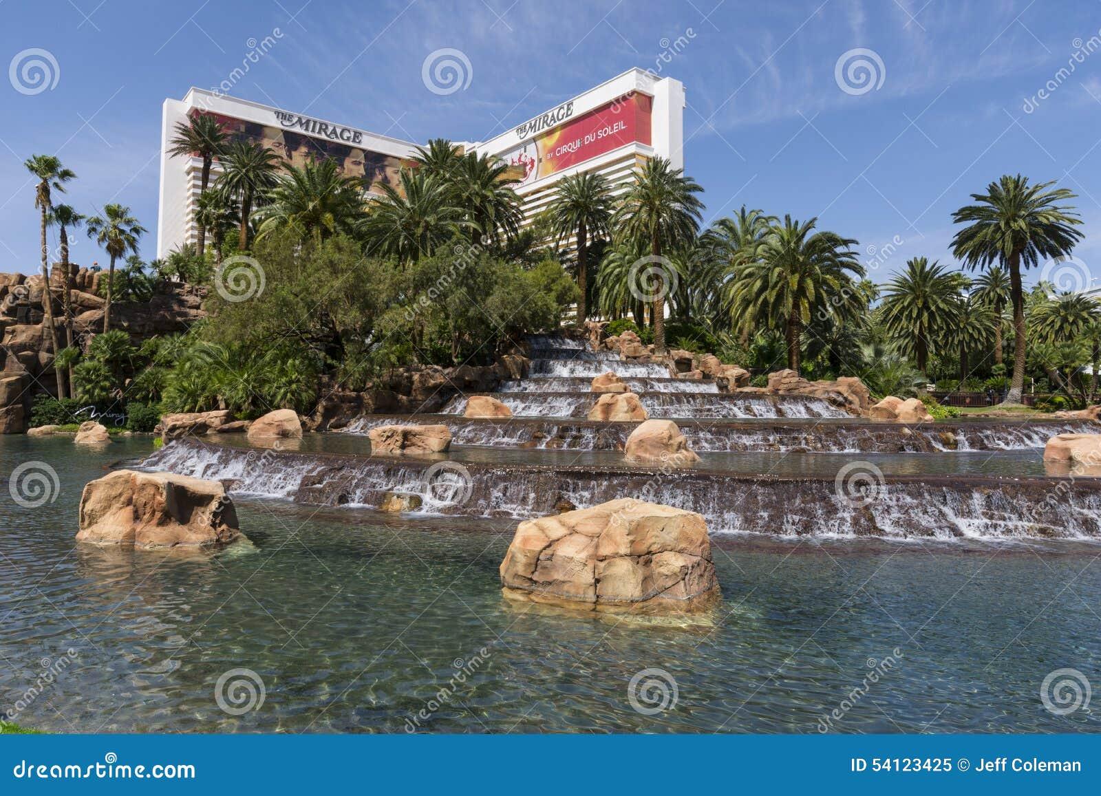 O hotel e a cachoeira da miragem em Las Vegas
