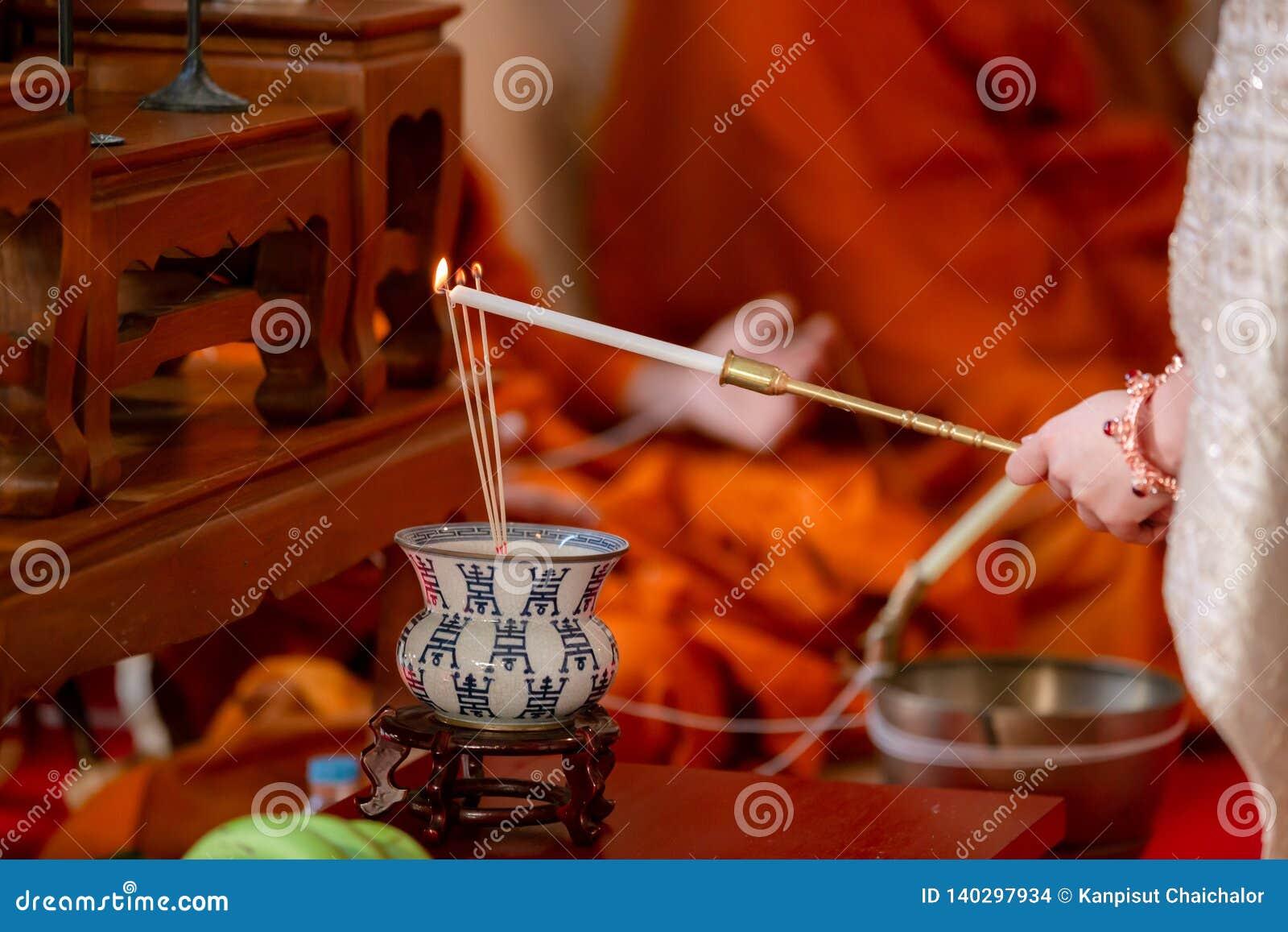 O incenso foi iluminado pelo fogo da vela vermelha incense Incenso e fumo para a adoração