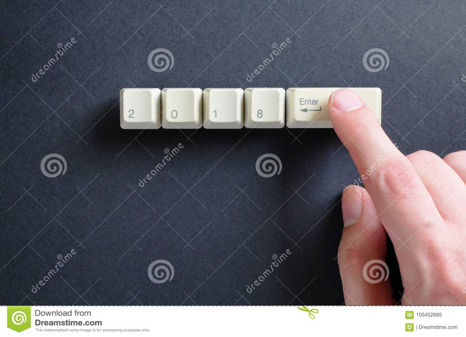 O indicador pressiona no teclado, em que é escrito a 2018