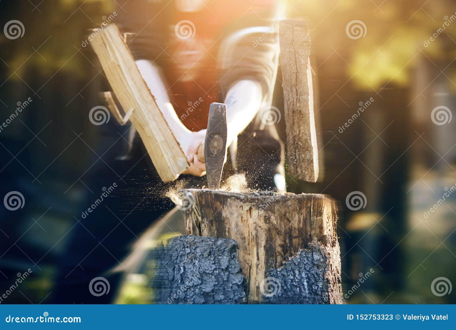 O indivíduo corta vigorosamente logs com um machado afiado