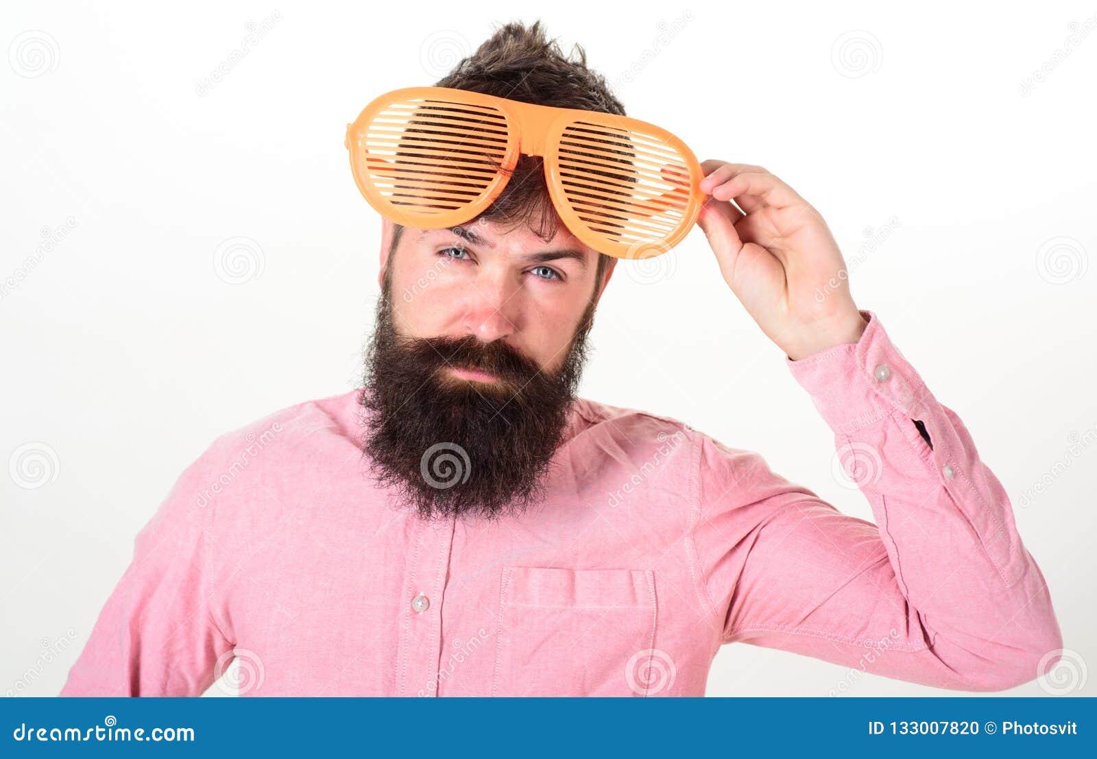 O indivíduo farpado do homem veste óculos de sol louvered gigantes Conceito acessório dos óculos de sol da proteção ocular Atribu