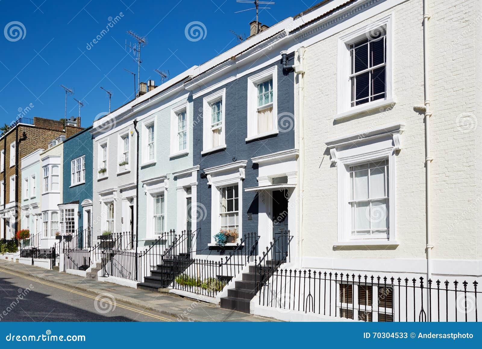 O inglês colorido abriga fachadas em um dia ensolarado em Londres