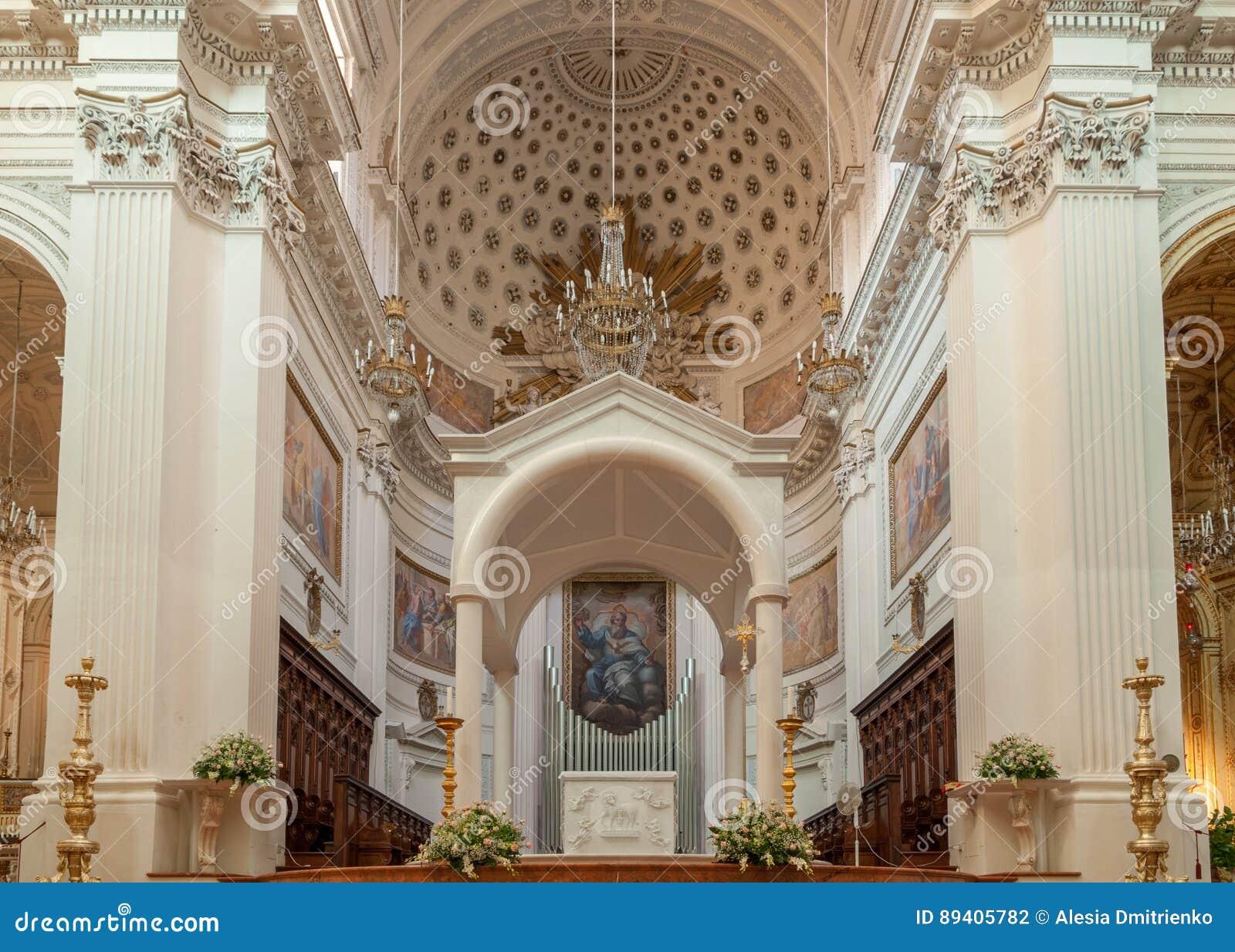 O interior da basílica de St Lawrence o mártir é a catedral em Trapani