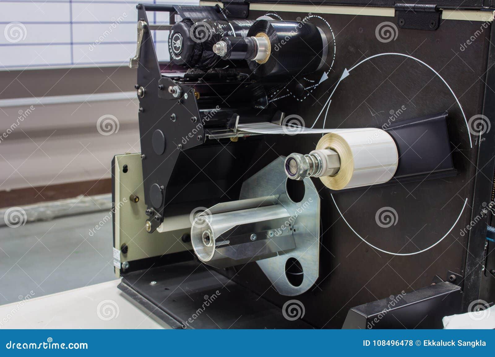 O interior da máquina de impressão velha da etiqueta