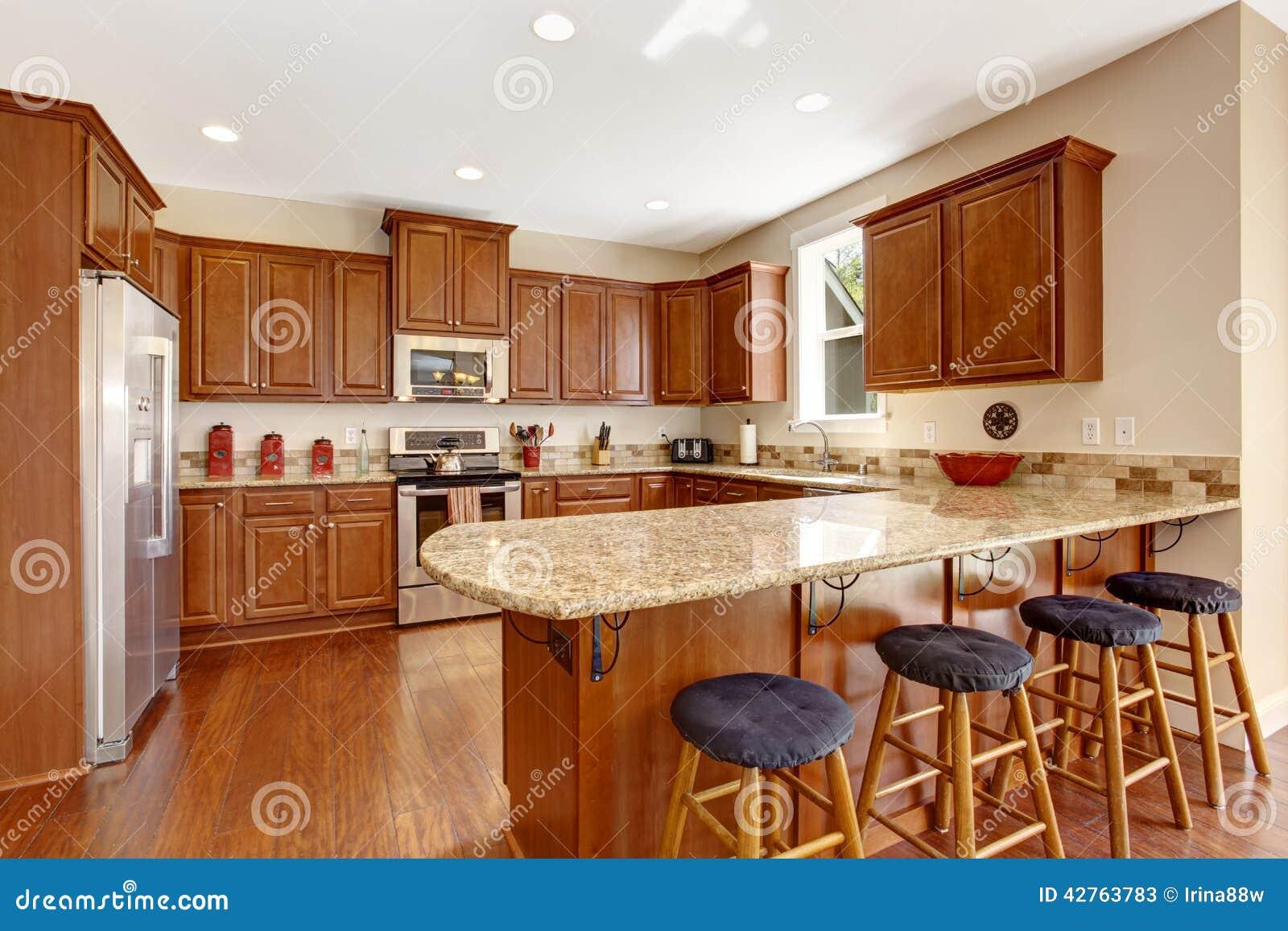Interior Da Sala Da Cozinha Com Ilha E Bancada Evacua Foto de Stock  #833C15 1300x957
