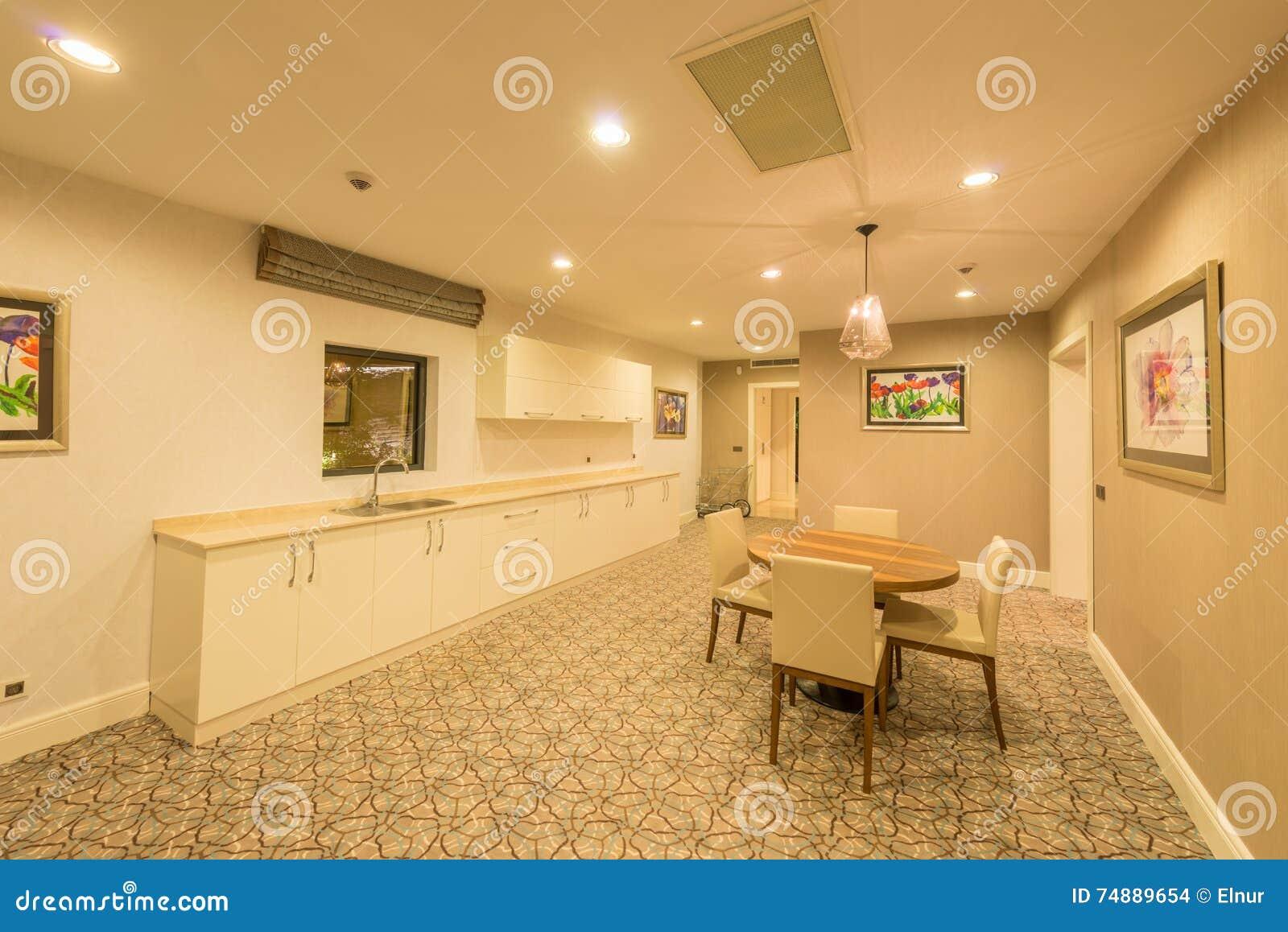 O interior da sala moderna da cozinha