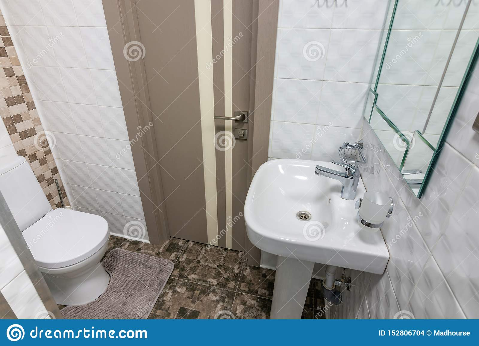 O interior de um toalete pequeno na sala de hotel