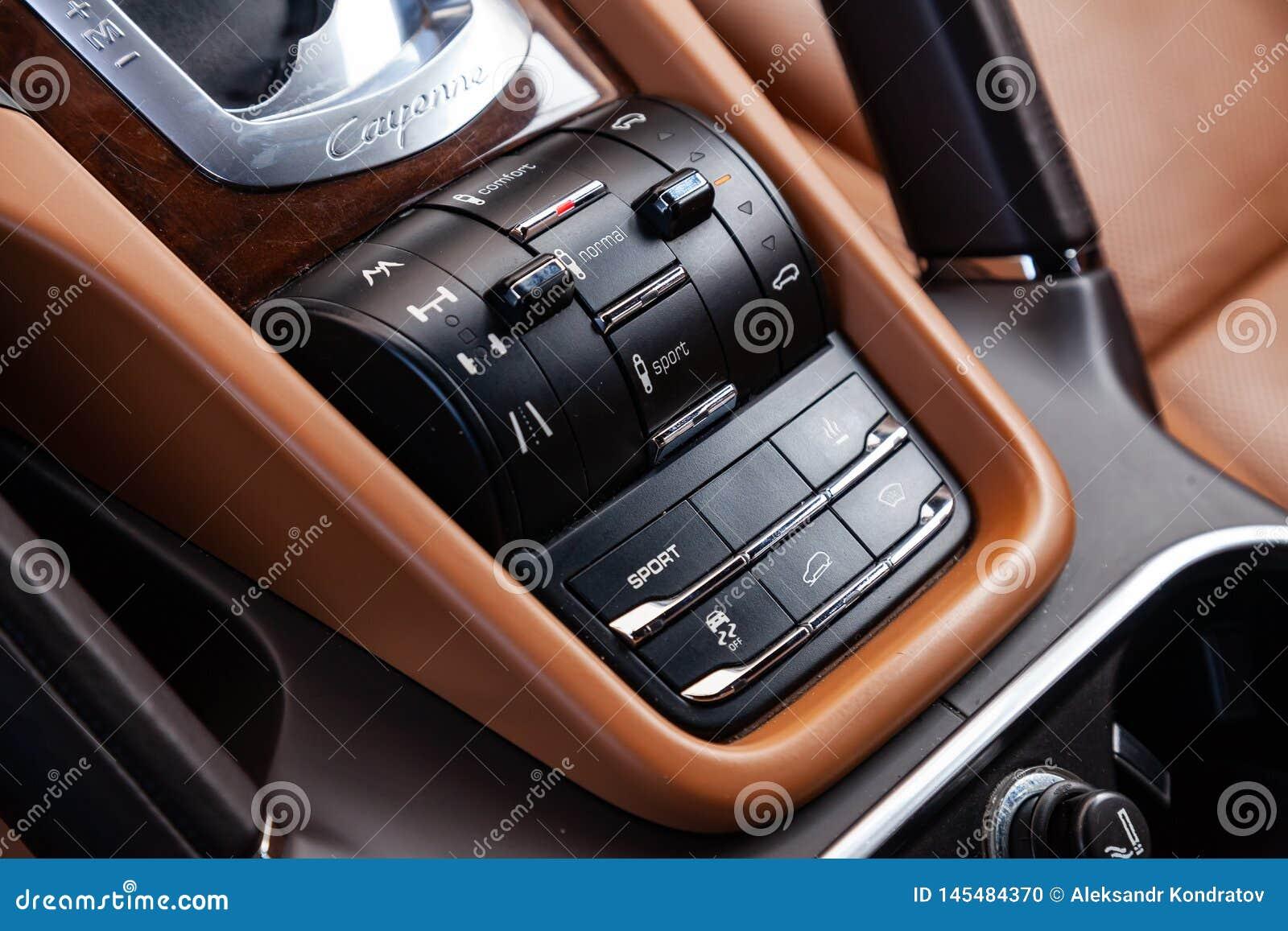 O Interior Do Carro Porsche Cayenne 958 2011 Anos Com Uma Vista Dos Botoes Do Controle Da Suspensao E Do Chassi Do Ar Painel Imagem Editorial Imagem De Controle Interior 145484370