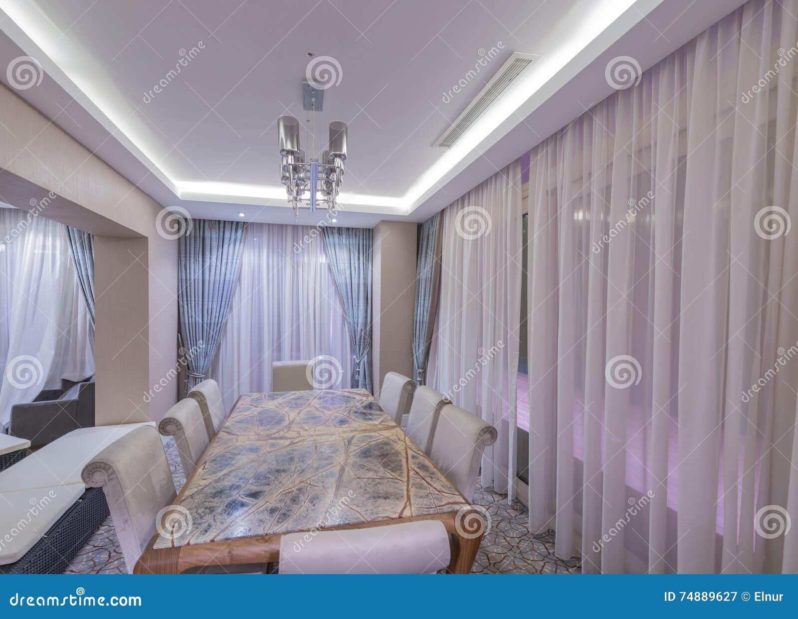 O interior moderno da sala de jantar