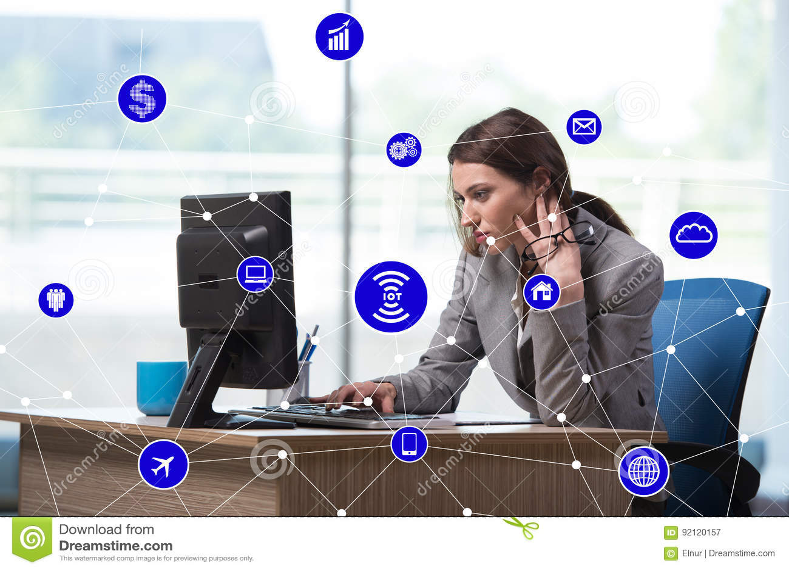 O Internet do conceito das coisas com mulher de negócios