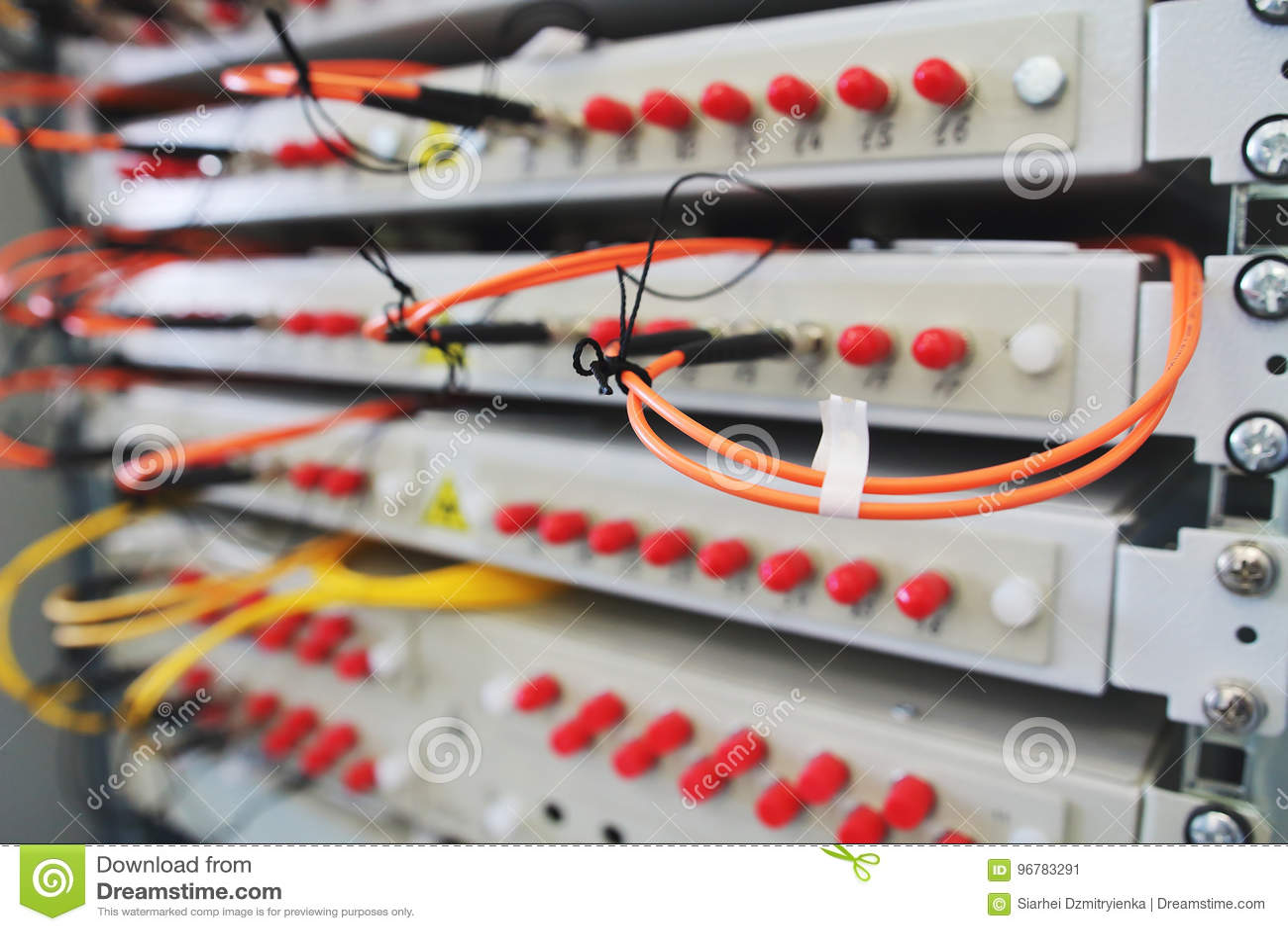 O interruptor de rede na cremalheira com cabos conectou na sala do centro de dados
