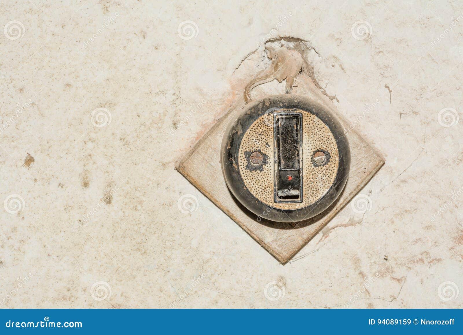 O interruptor retro do estilo é unido à madeira compensada e à parede velha