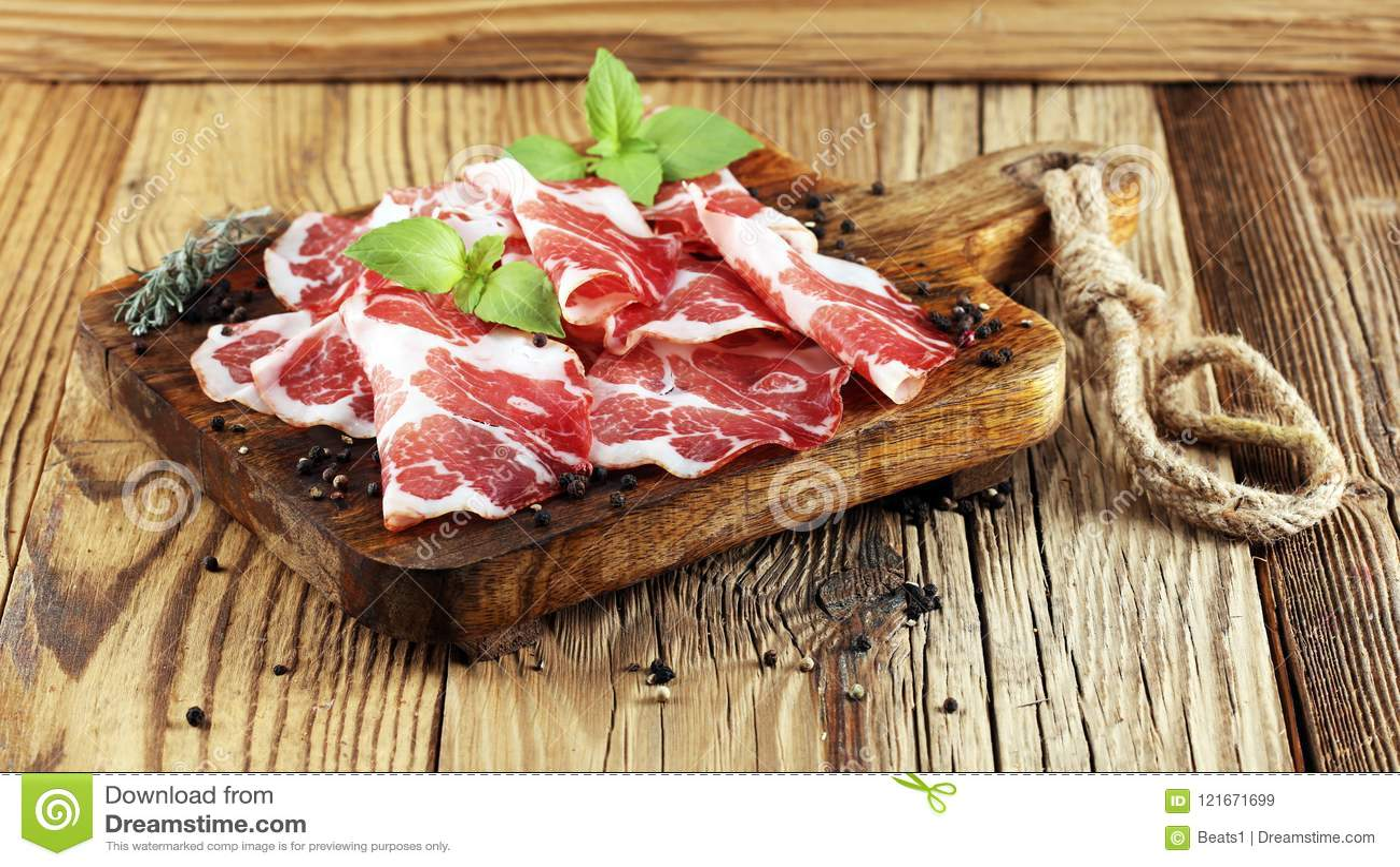 O italiano cortou o coppa curado com especiarias Presunto cru Crudo ou jamon