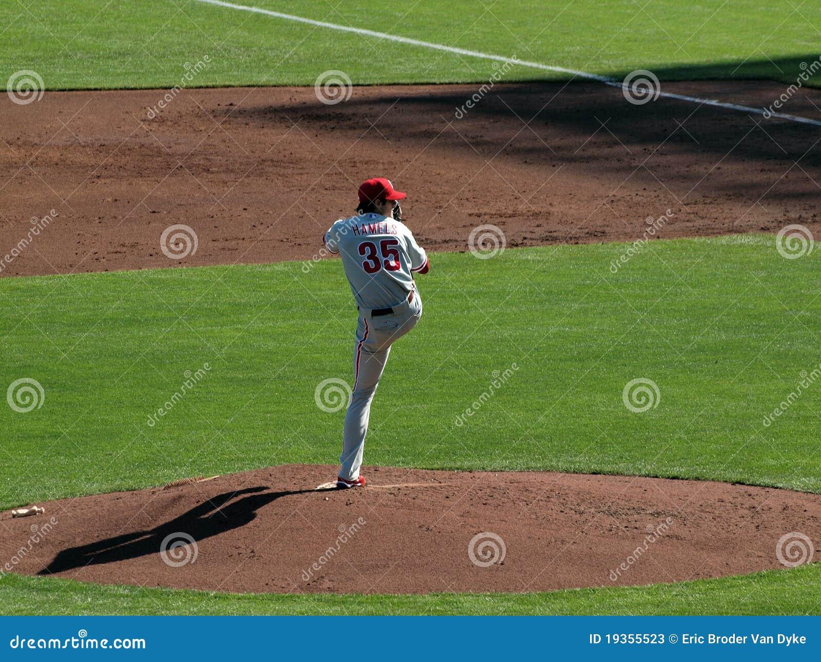 O jarro levanta a elevação do pé enquanto se ajusta ao passo do throw