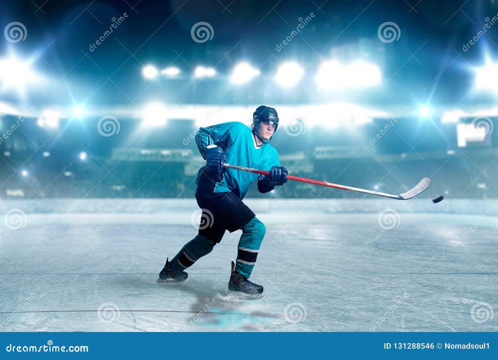 O jogador de hóquei com vara e disco faz um lance