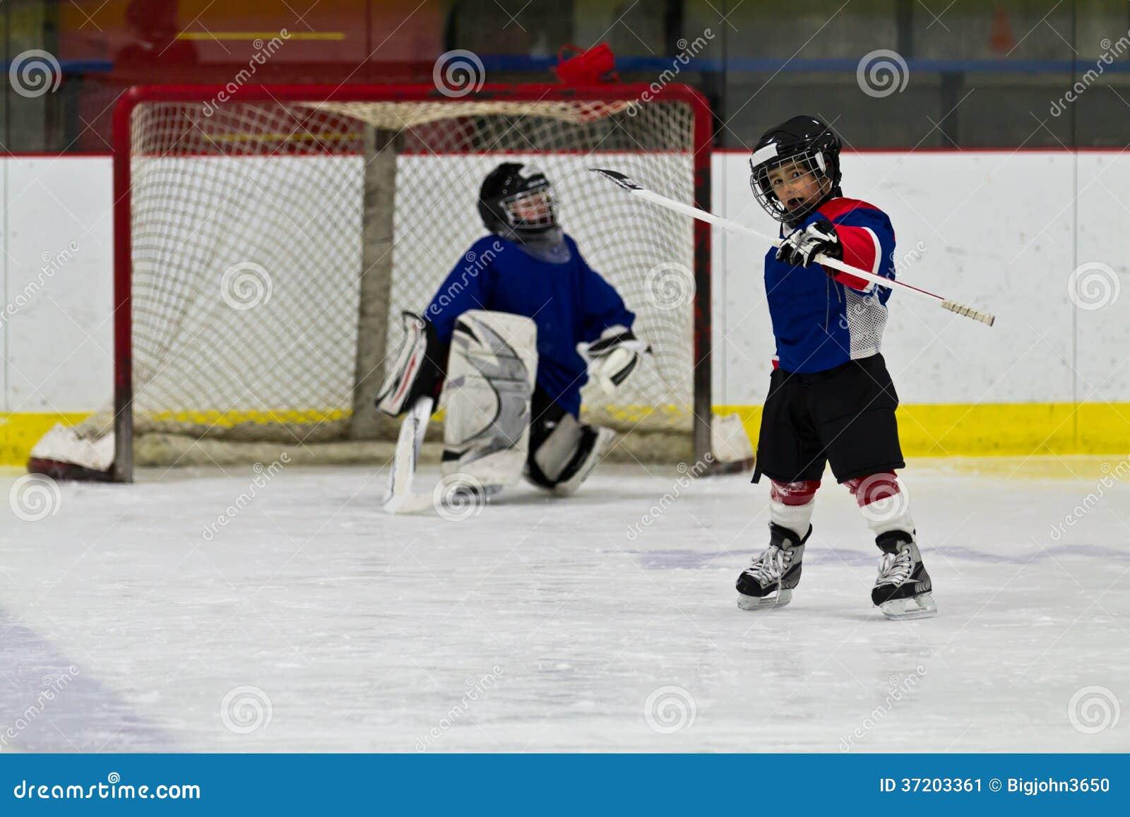 O jogador de hóquei em gelo comemora após ter marcado um objetivo