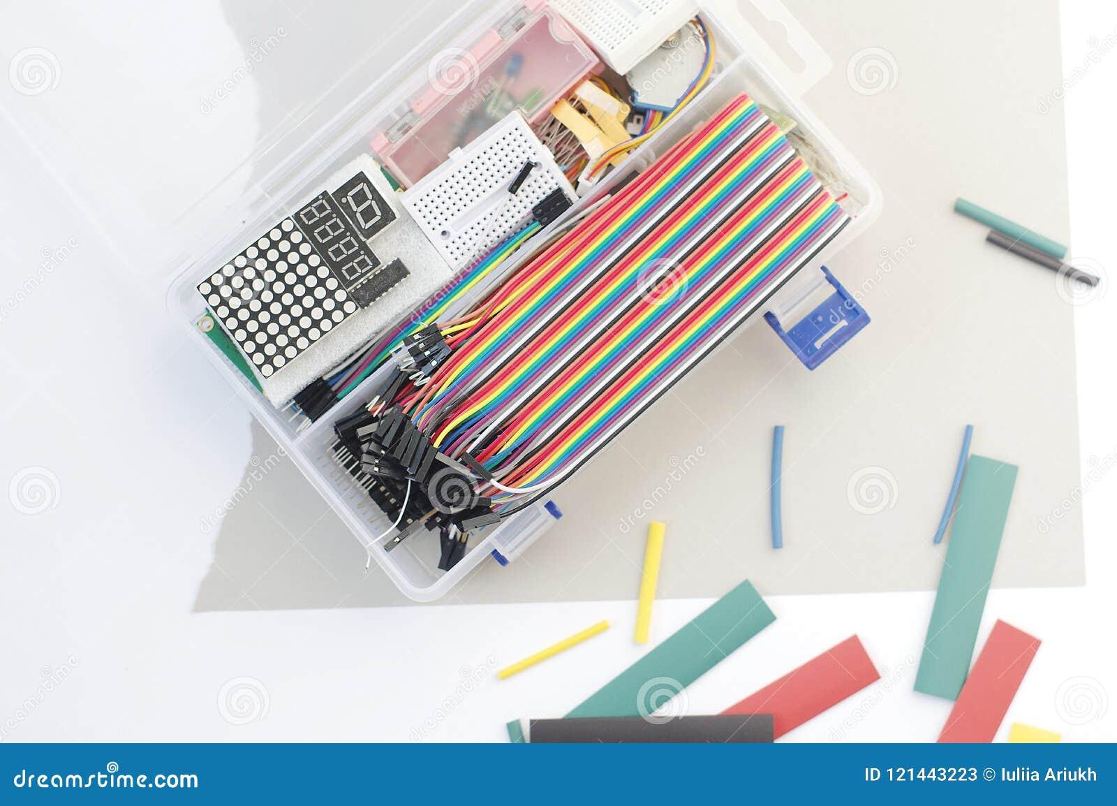 O jogo do passatempo da eletrônica de DIY abriu o heatshrink que coloca ao redor no fundo cinzento Grupo eletrônico do jogo do co