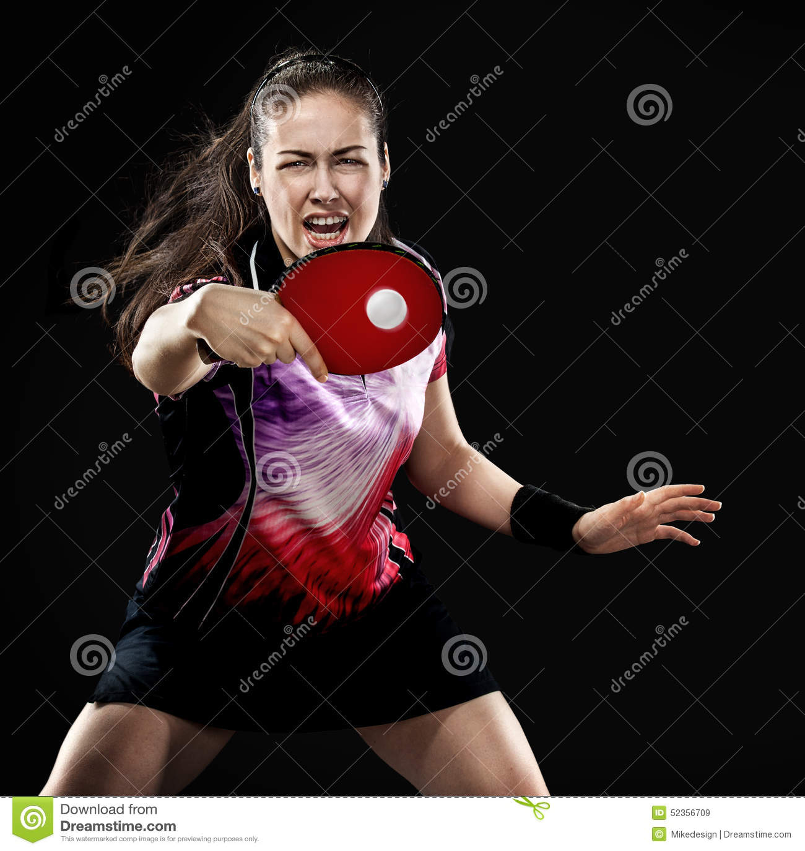O jovem ostenta o jogador de tênis da mulher no jogo no preto