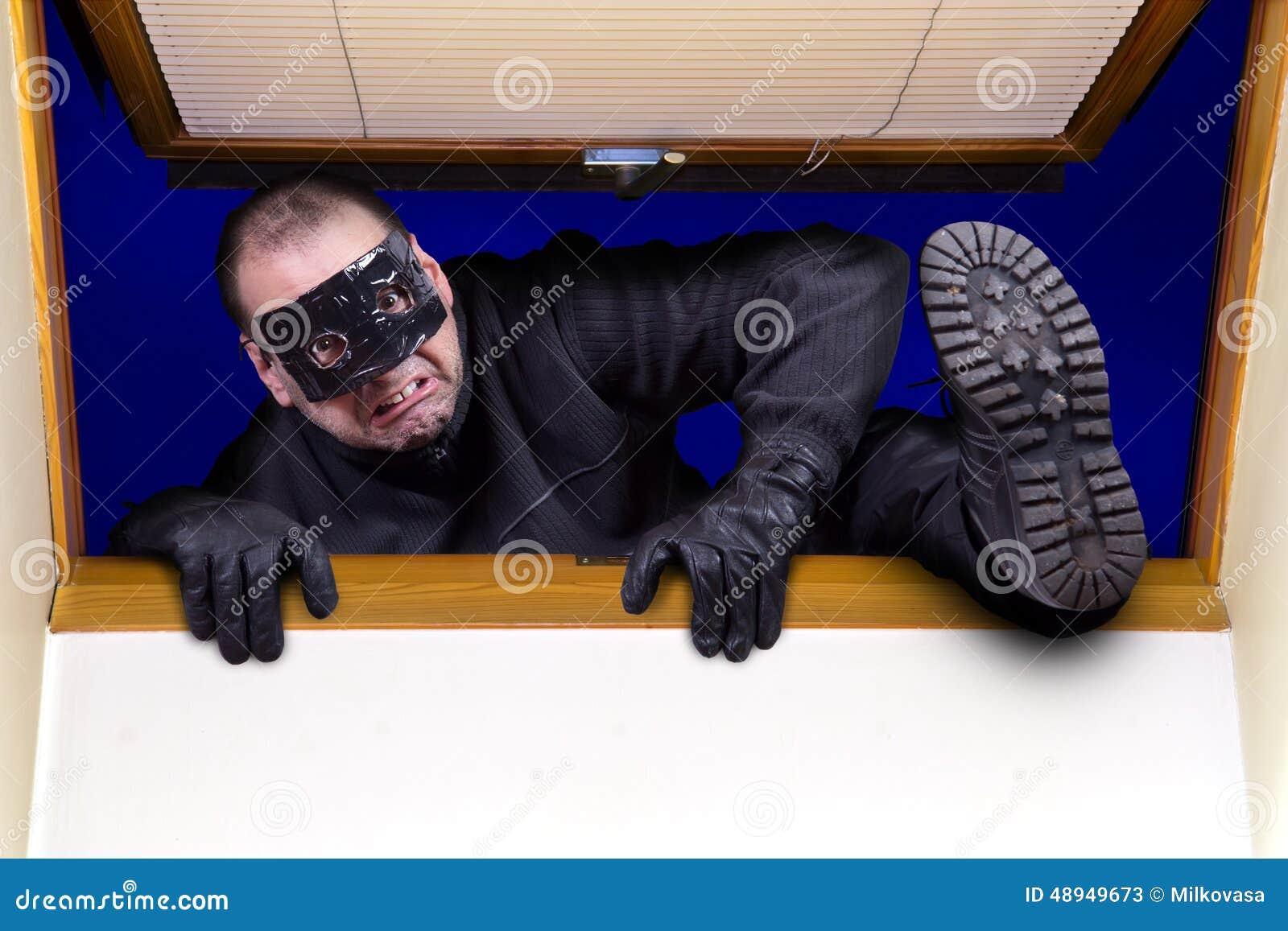 O ladrão escala na casa