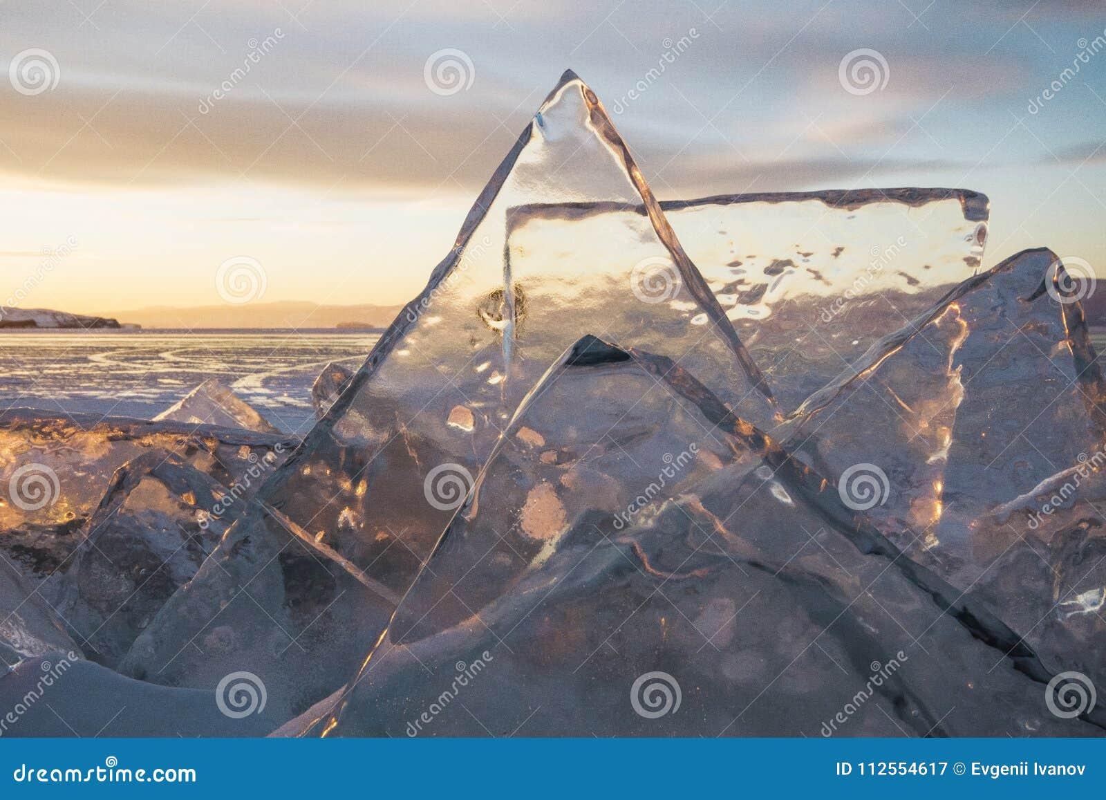 O Lago Baikal no por do sol, tudo é coberto com o gelo e a neve,
