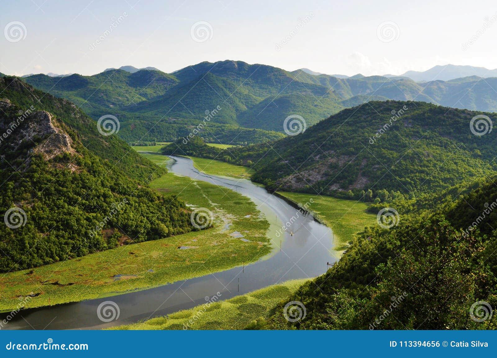 O lago e as montanhas - parque nacional do lago Skadar - Montenegro