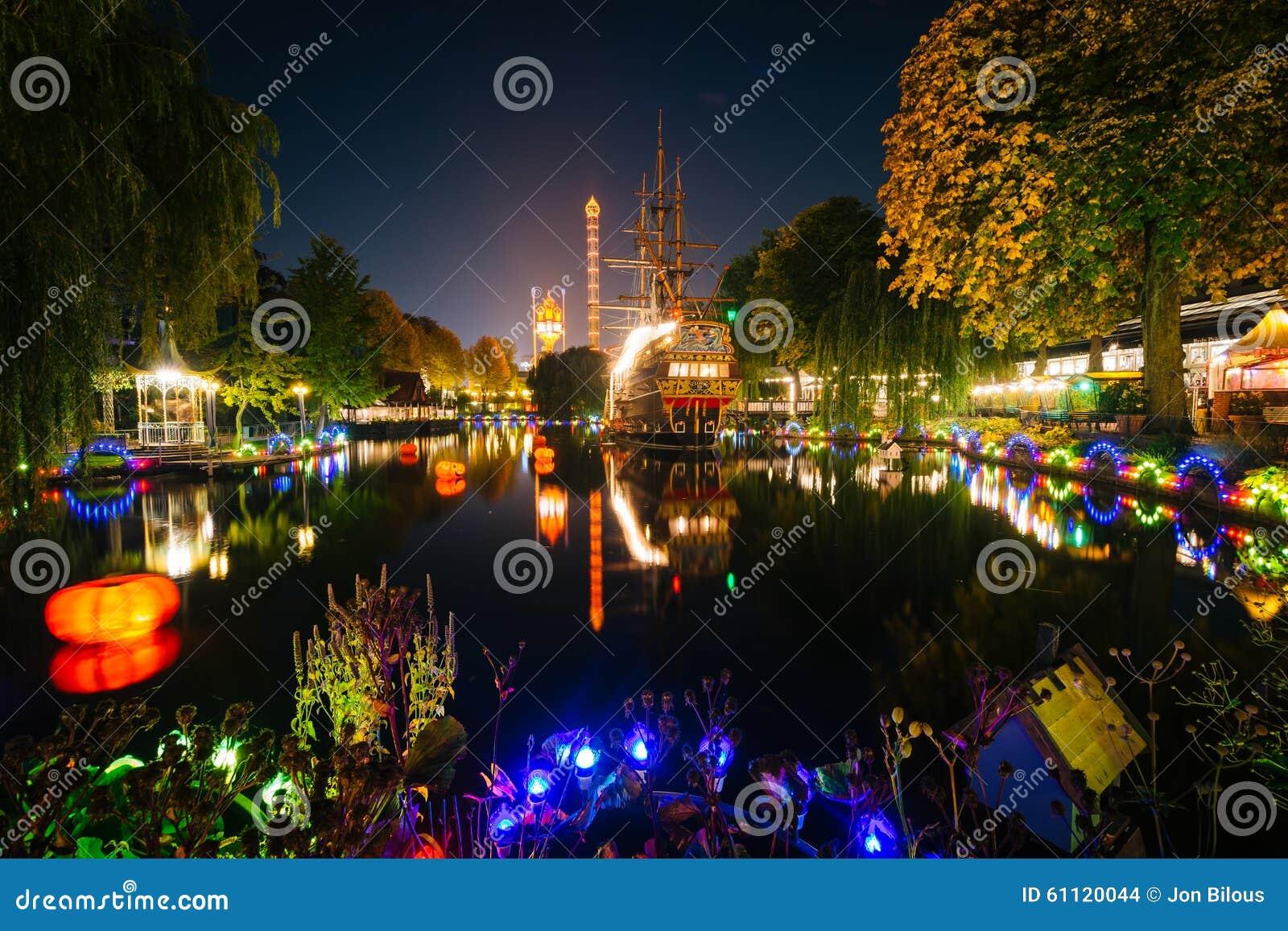 o lago em jardins de tivoli na noite em copenhaga dinamarca - Jardins De Tivoli