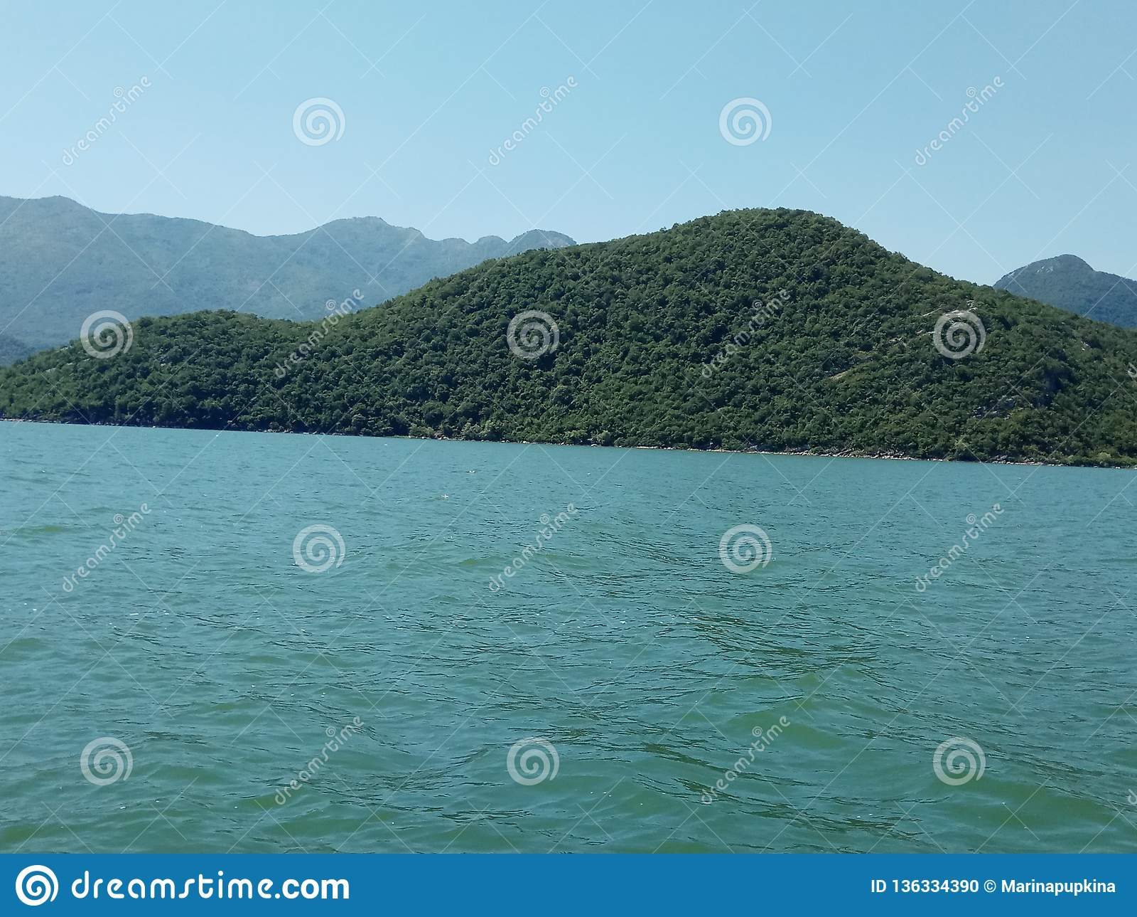 O lago infinito Skadar, cercado pelas montanhas majestosas em Montenegro