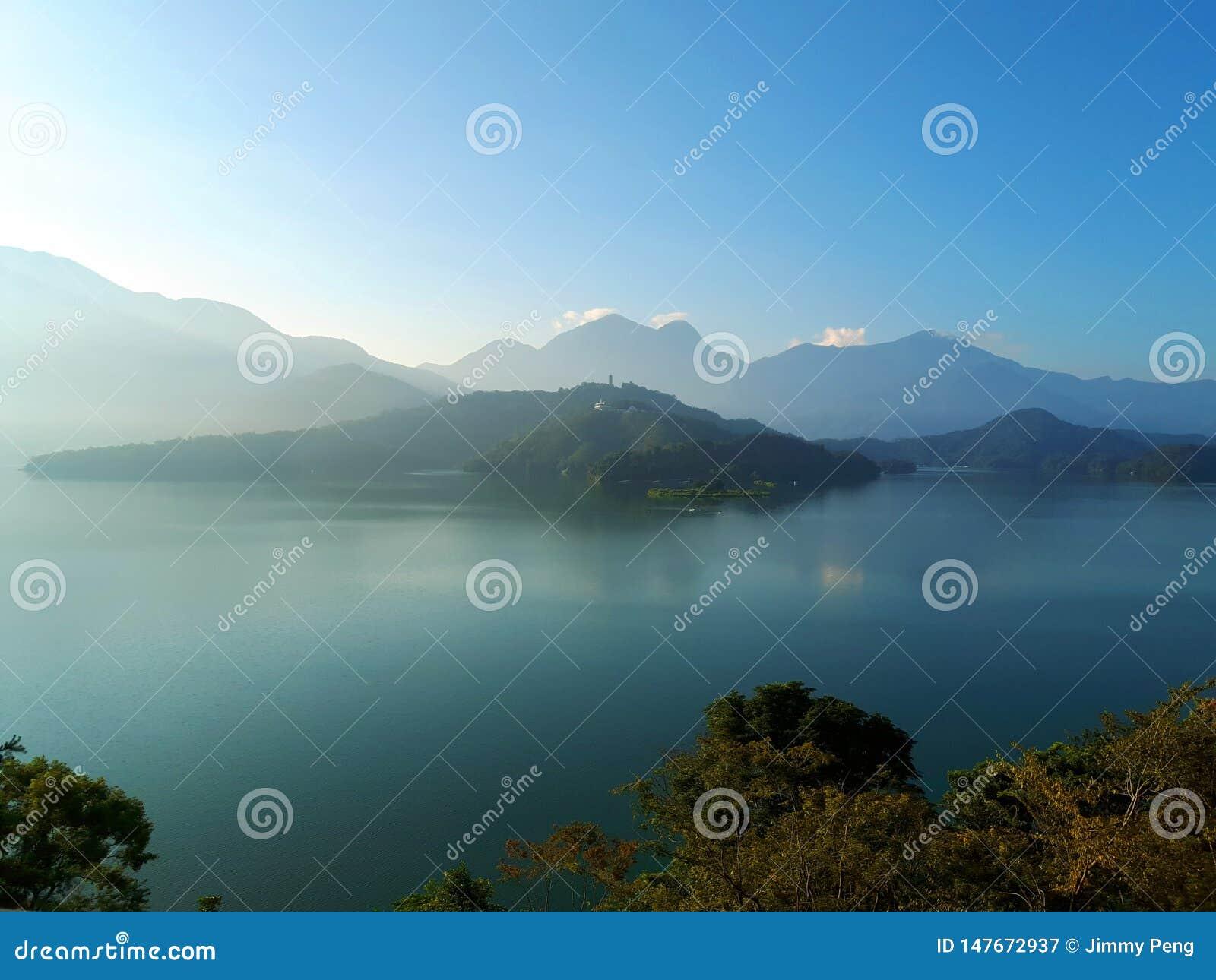 O lago na ilha Taiwan de Formosa
