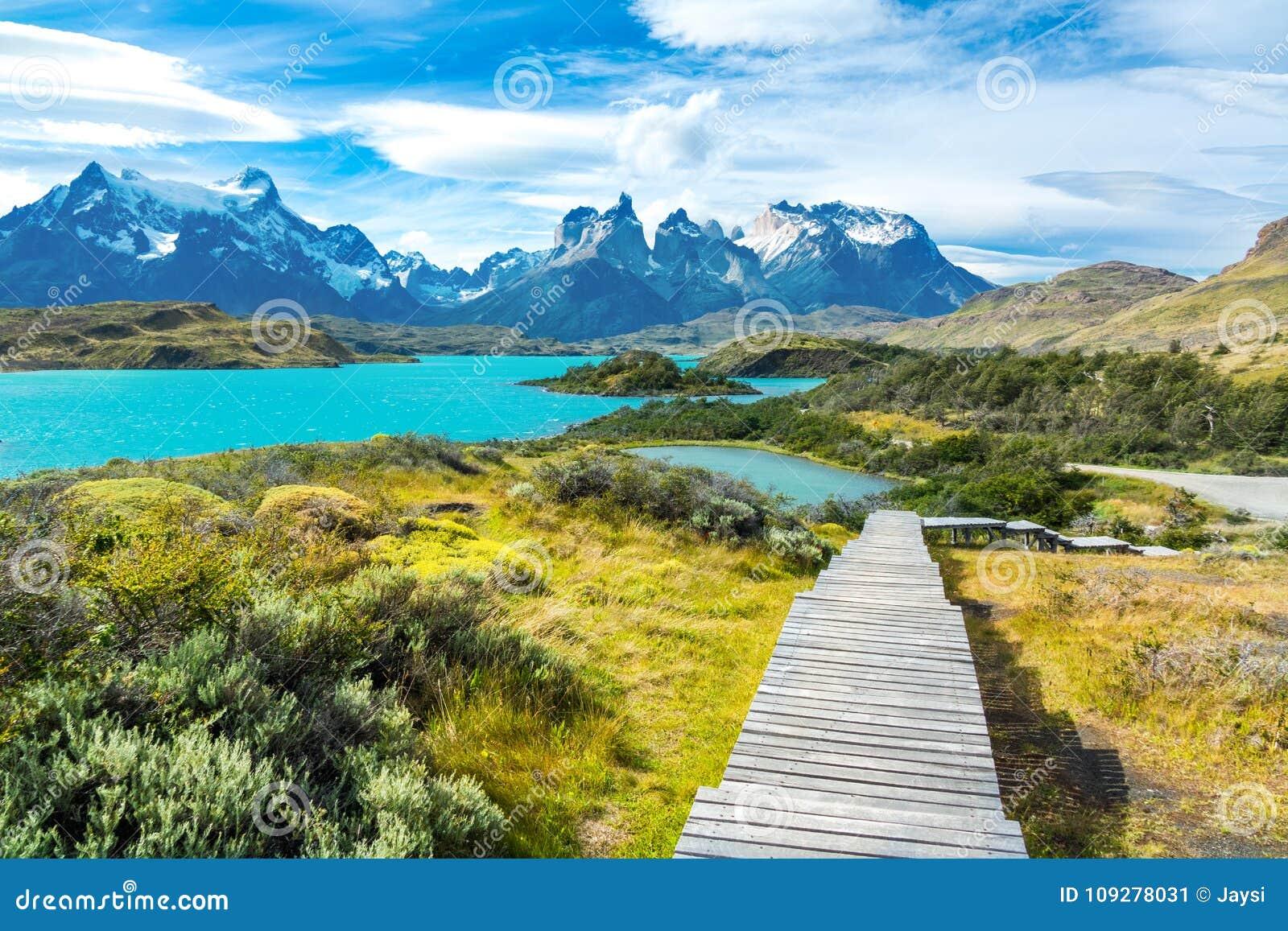 O lago Pehoe e as montanhas de Guernos ajardinam, parque nacional Torres del Paine, Patagonia, o Chile, Ámérica do Sul
