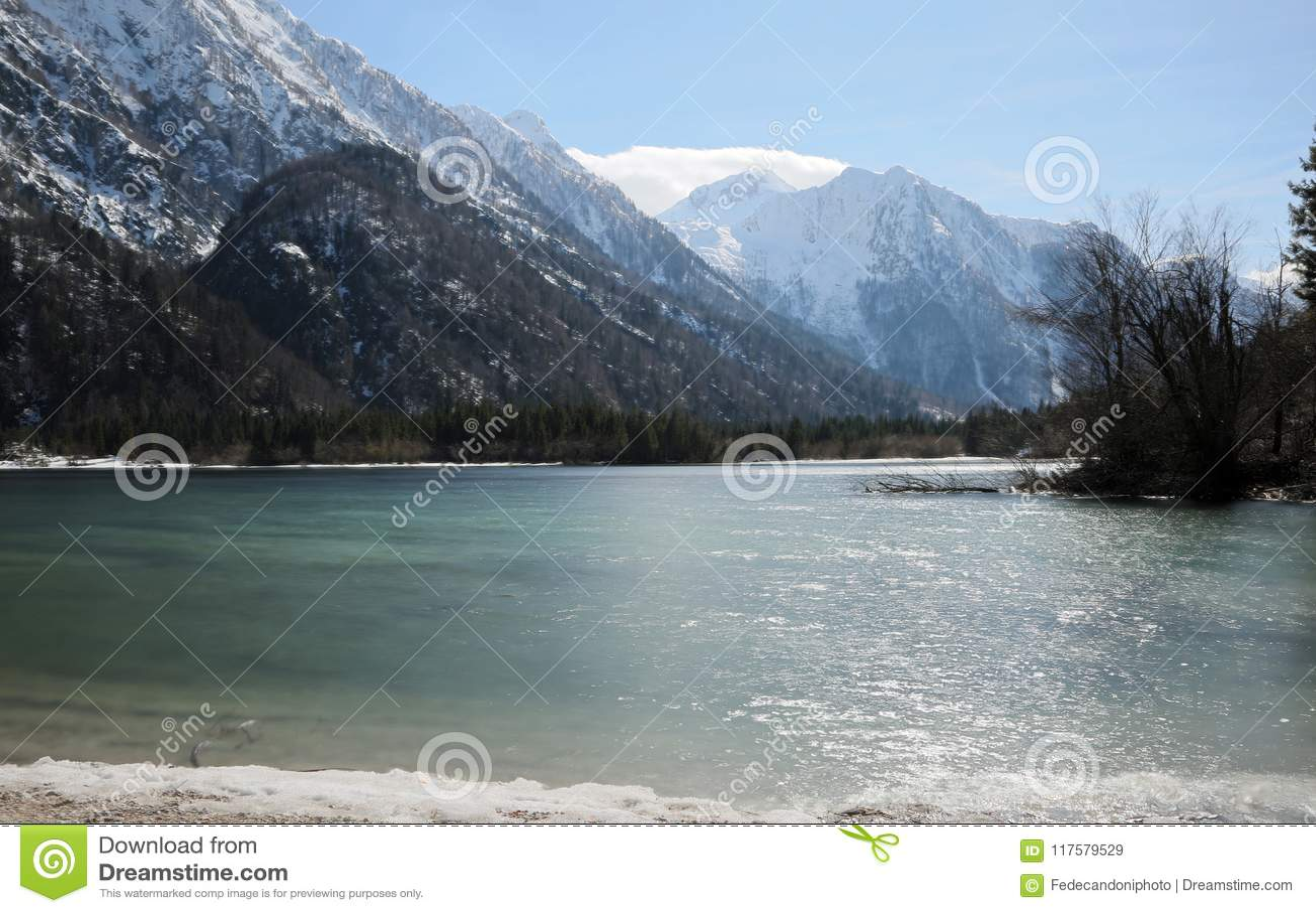 O lago pequeno alpino impressionante chamou o lago Predil nea do norte de Itália
