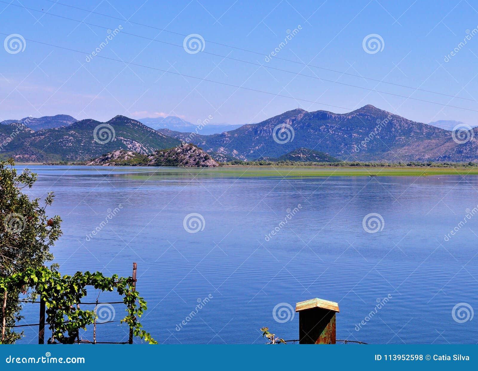 O lago Skadar e as montanhas