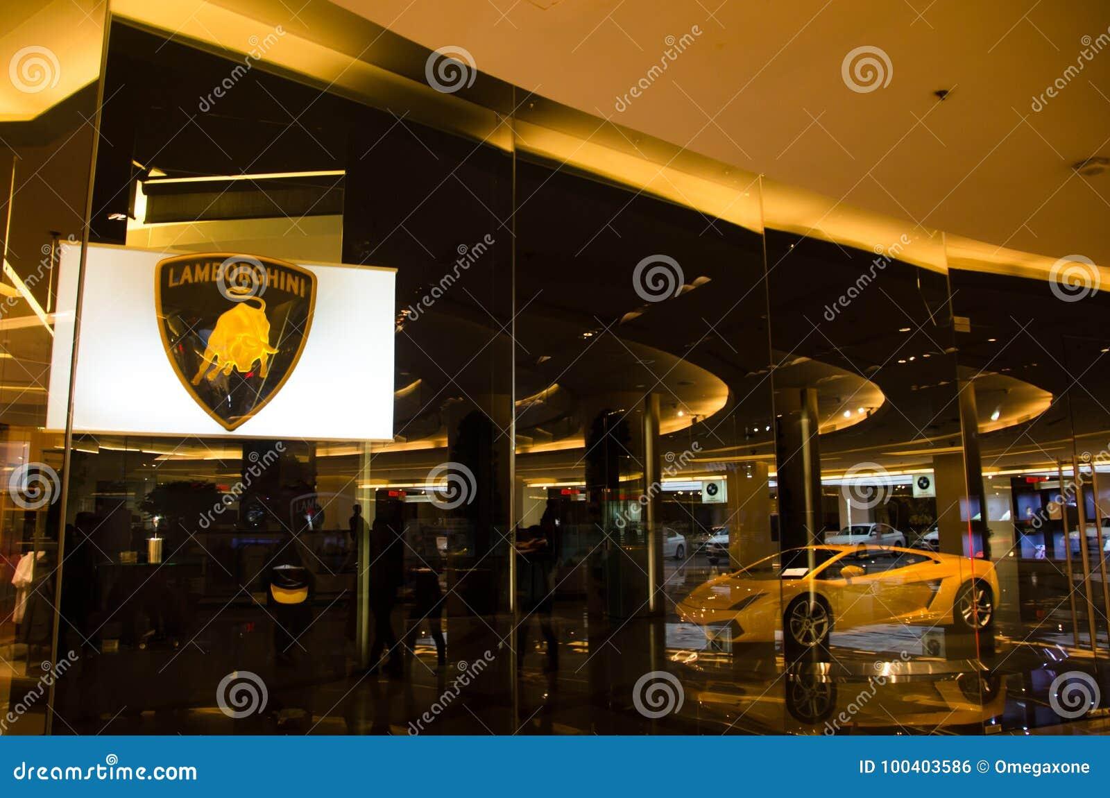 O lamborghini super amarelo do carro na sala da mostra do assoalho 2sn no centro do orgulho do modelo de Sião de Banguecoque Tail