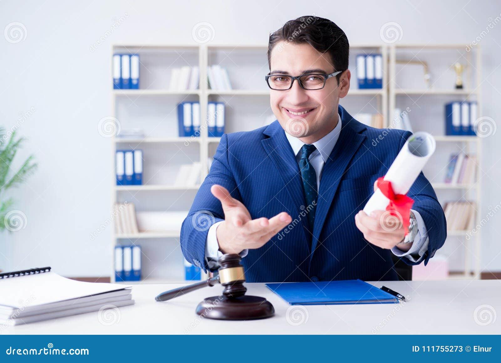 O laywer com rolo do diploma no conceito do eductional da carreira jurídica