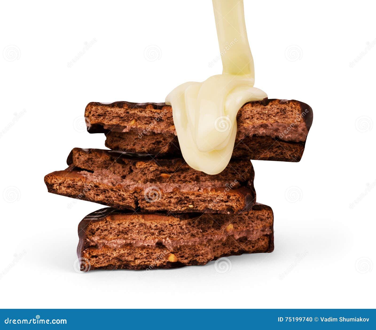 O leite condensado da cookie derramou em um fundo branco