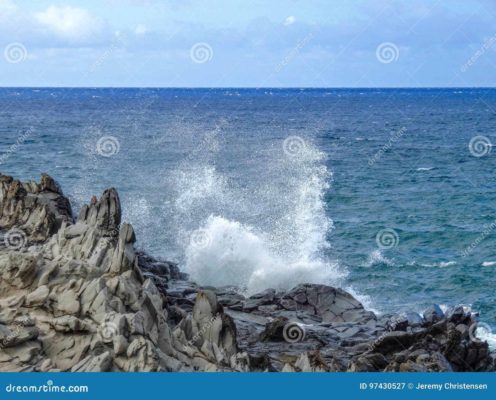 O litoral e a lava áspera balançam os dentes chamados de Dragon's e deixar de funcionar acena no ponto de Makaluapuna perto de