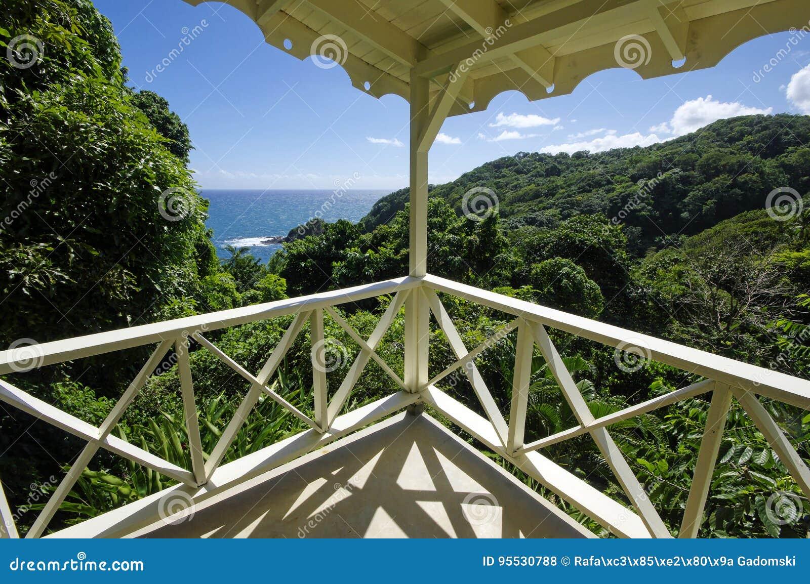 O litoral perto do castelo Bruce, ilha de Domínica