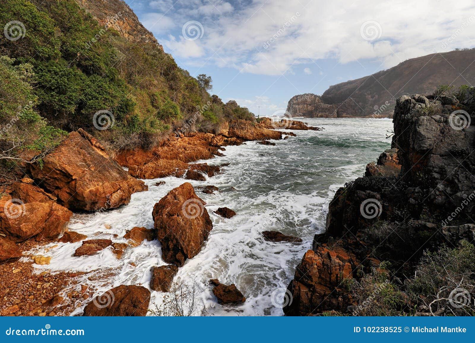 O litoral rochoso perto do Knysna dirige, África do Sul