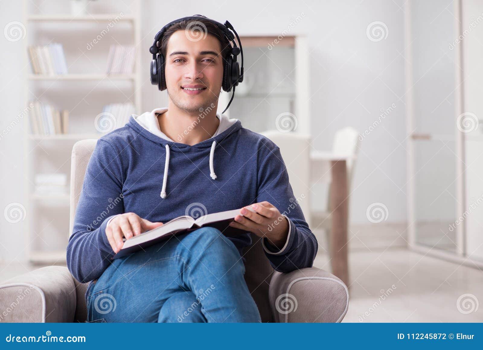 O livro de leitura do homem novo e escuta o livro audio