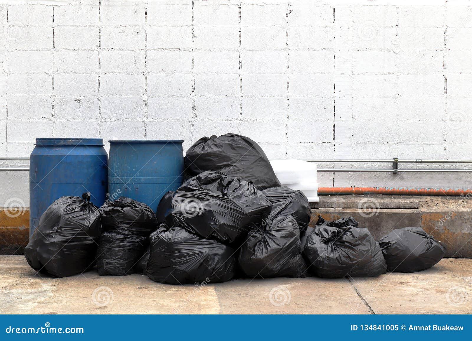 O lixo é lotes da pilha despeja, o desperdício na vila da comunidade da passagem, poluição do preto de muitos sacos de plástico d