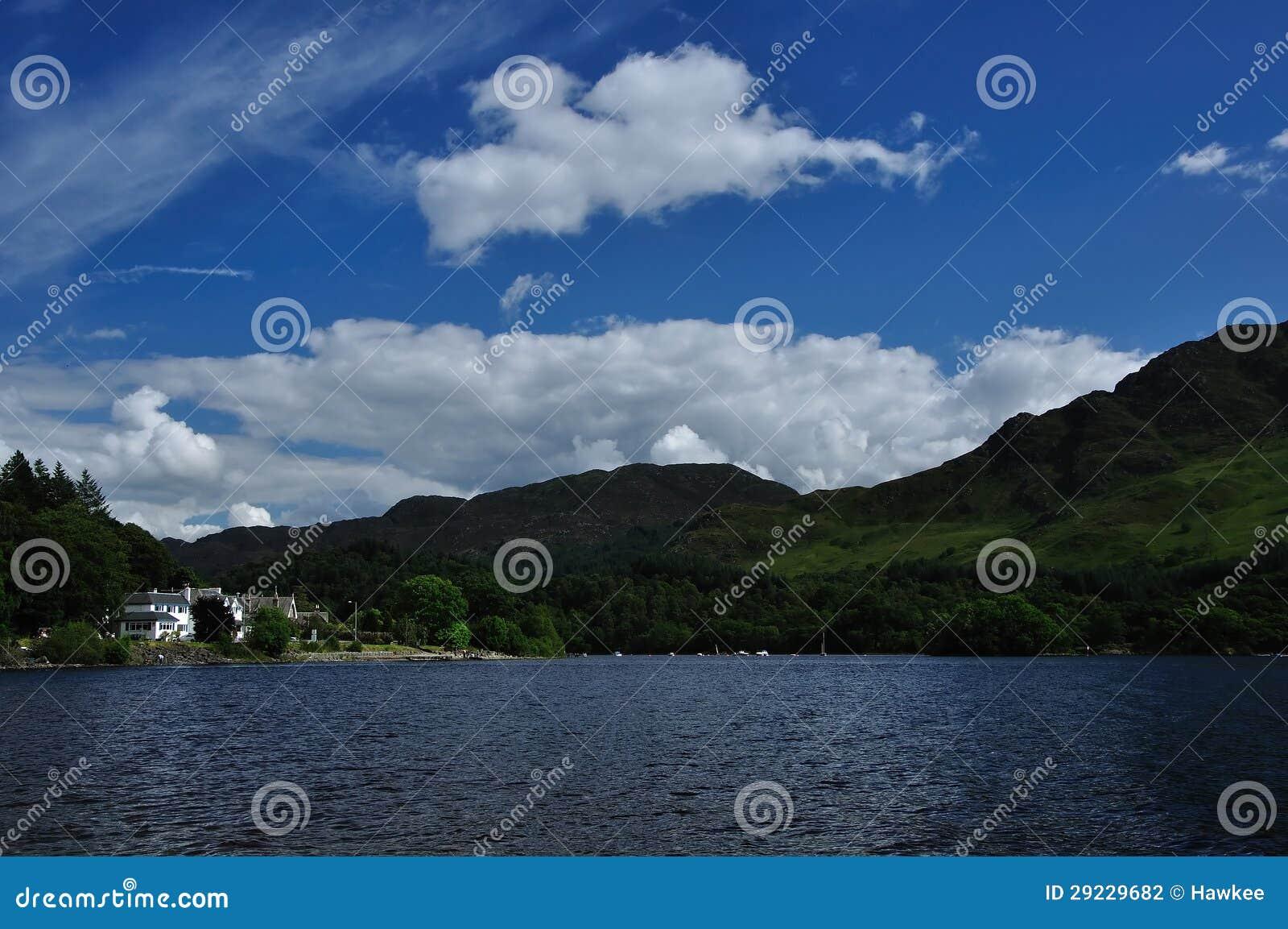 Download O Loch Ganha Com Opinião Da Costa Em St. Fillans Foto de Stock - Imagem de arquitetura, cinzento: 29229682